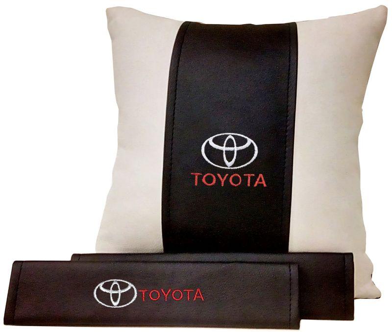Подарочный набор автомобилисту Auto Premium Toyota, 2 предмета. 6751367513Подушка в салон автомобиля и накладки на ремень безопасности выполнены в едином стиле. Нанесение вышивки на изделия добавляет индивидуальности. Порадуйте своих близких эксклюзивным подарком.
