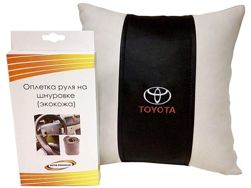 Подарочный набор автомобилисту Auto Premium Toyota, 2 предмета67713Лаконичный подарок любому автолюбителю. Подушка в салон автомобиля с индивидуальной вышивкой добавит комфорта при поездке в автомобиле, а оплетка для перетяжки руля позволит сохранить руль от преждевременного истирания. Износоустойчивые материалы надолго обеспечат презентабельный внешний вид любого изделия.