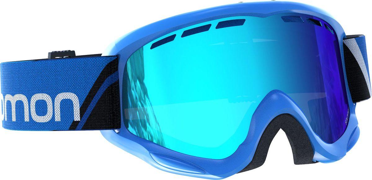 Маска горнолыжная Salomon Juke Blue/Universal Mid BlueL39136800Качественная и удобная маска, совместимая со всеми детскими шлемами Salomon. Технологичная линза фильтрует 100% ультрафиолетового излучения и покрыта специальным материалом, предотвращающим возникновение царапин. Продуманная система вентиляции Airflow оптимальным образом распределяет потоки воздуха, оставляя внутреннюю часть линзы сухой, предотвращая запотевание, а сама форма маски с широким углом обзора сконструирована специально для небольших лиц юных райдеров.
