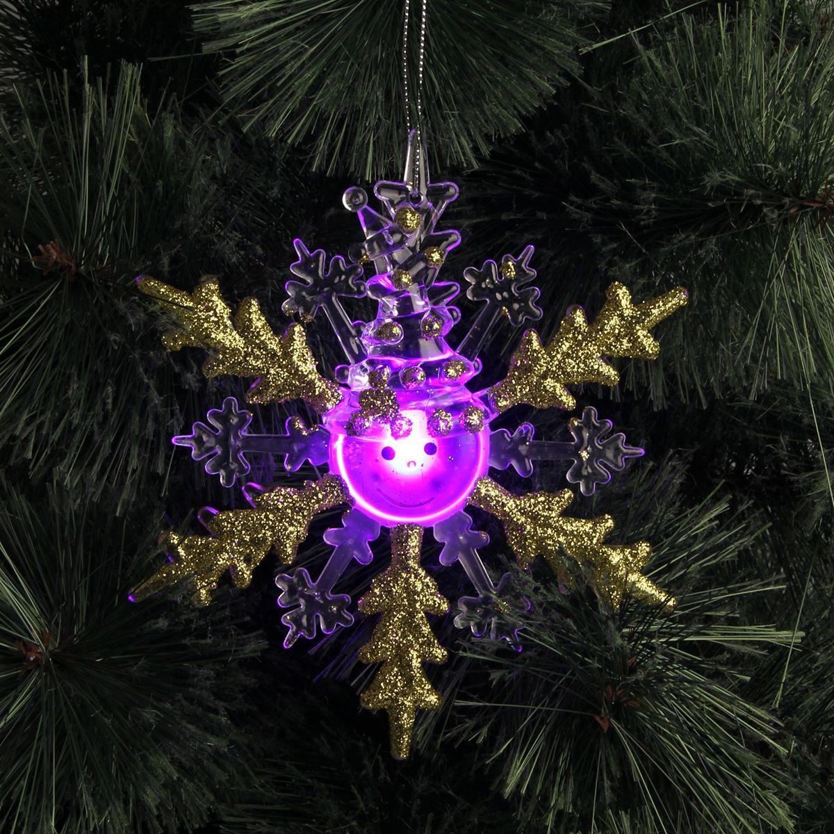 Подвесное украшение праздничное Luazon Lighting Снежинка-снеговик, с подсветкой, цвет: золотистый1077320Оригинальная световая игрушка Снежинка-снеговик станет прекрасным дополнением к праздничному декору. Она работает от батареек и не зависит от розеток, поэтому везде найдет себе место. Повесьте такую игрушку на новогоднюю елку, и дерево засияет так, словно его озарило солнцем. Также этот аксессуар украсит оконные рамы и создаст необычное и таинственное освещение в комнате. Количество светодиодов: 1. Батарейки в комплекте.Пусть торжество заиграет новыми красками!