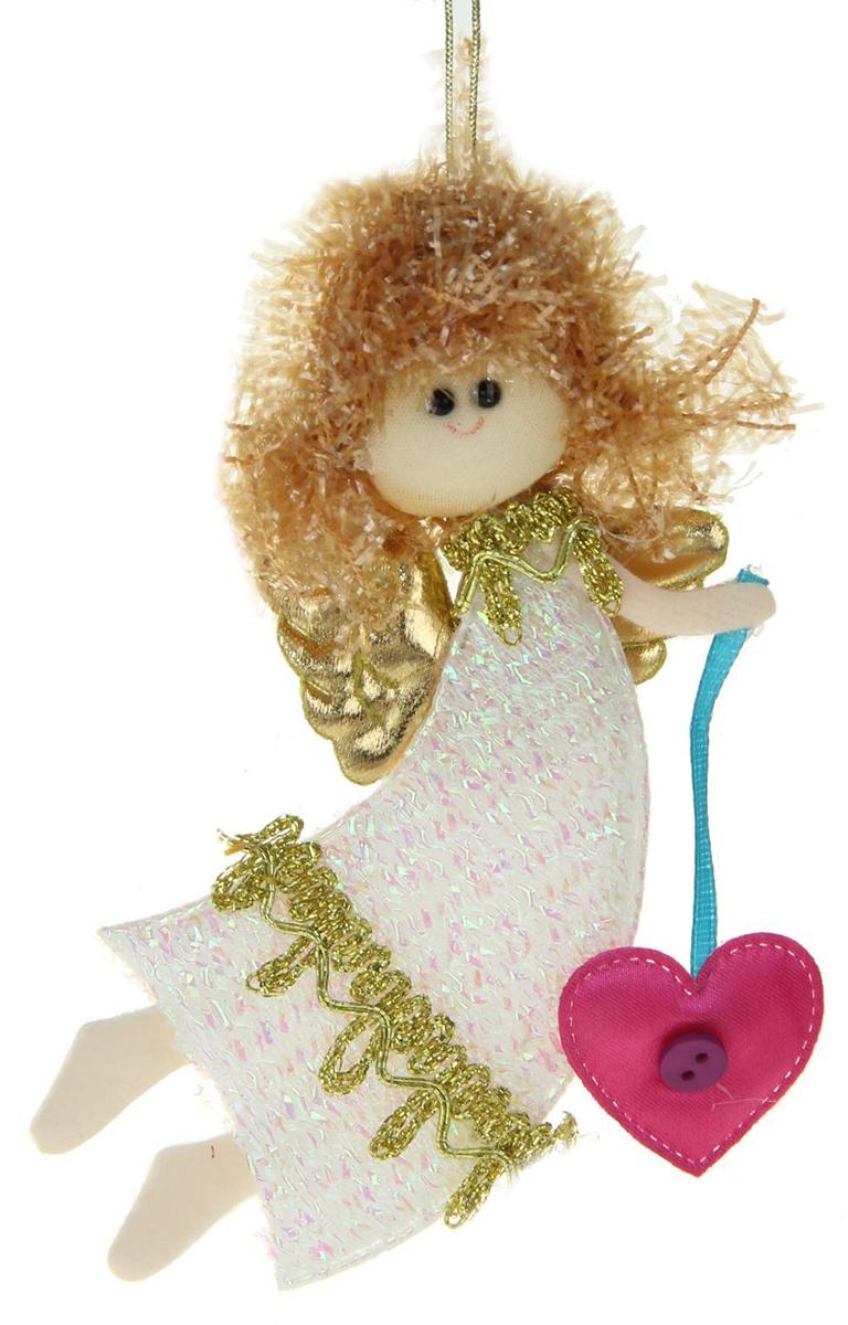 Новогоднее подвесное украшение Летящая фея с сердечком1381181Новогоднее украшение ручной работы отлично подойдет для декорации вашего дома и новогодней ели. С помощью специальной петельки украшение можно повесить в любом понравившемся вам месте. Но, конечно, удачнее всего оно будет смотреться на праздничной елке.Елочная игрушка - символ Нового года. Она несет в себе волшебство и красоту праздника. Такое украшение создаст в вашем доме атмосферу праздника, веселья и радости.