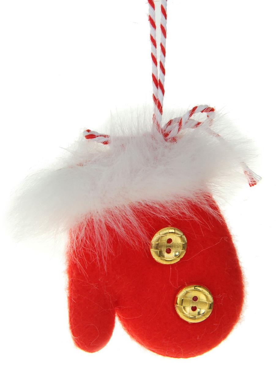 Новогоднее подвесное украшение Пушистая варежка1381156Новогоднее украшение ручной работы отлично подойдет для декорации вашего дома и новогодней ели. С помощью специальной петельки украшение можно повесить в любом понравившемся вам месте. Но, конечно, удачнее всего оно будет смотреться на праздничной елке.Елочная игрушка - символ Нового года. Она несет в себе волшебство и красоту праздника. Такое украшение создаст в вашем доме атмосферу праздника, веселья и радости.