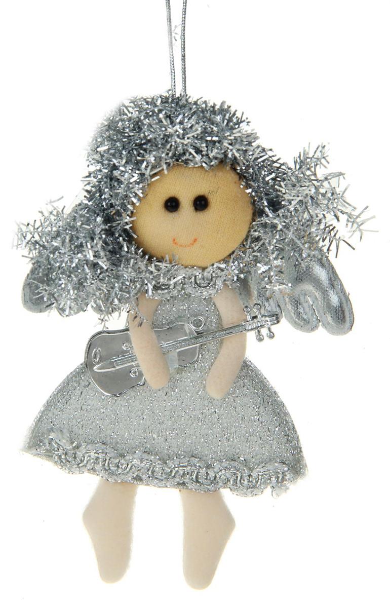 Новогоднее подвесное украшение Серебряная фея с гитарой1381191Новогоднее украшение ручной работы отлично подойдет для декорации вашего дома и новогодней ели. С помощью специальной петельки украшение можно повесить в любом понравившемся вам месте. Но, конечно, удачнее всего оно будет смотреться на праздничной елке.Елочная игрушка - символ Нового года. Она несет в себе волшебство и красоту праздника. Такое украшение создаст в вашем доме атмосферу праздника, веселья и радости.