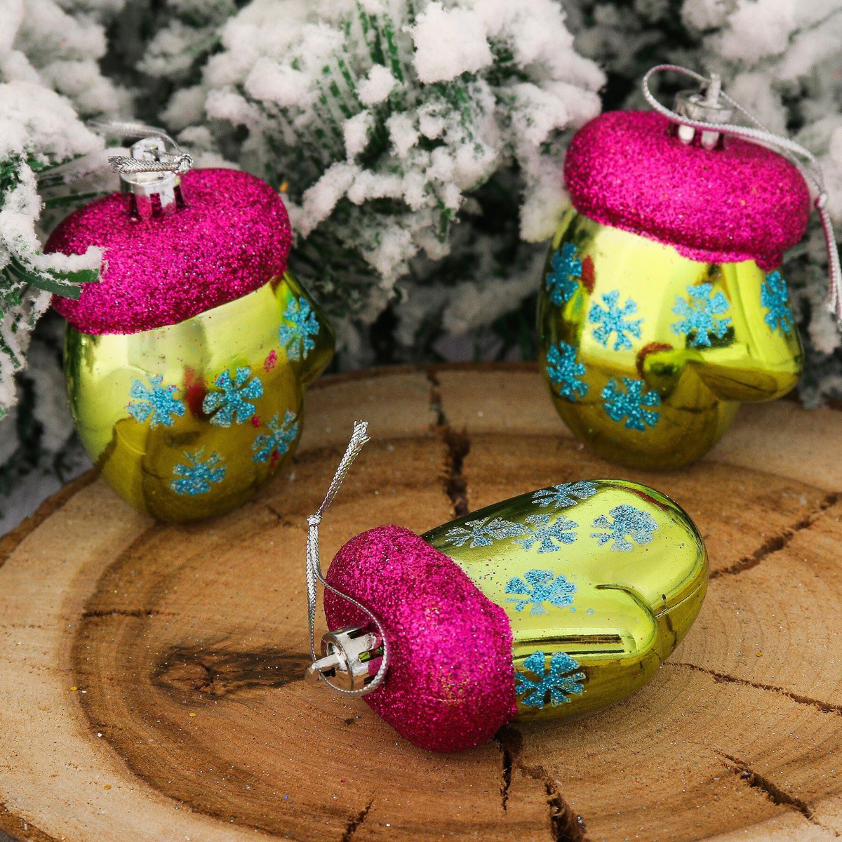 Набор новогодних подвесных украшений Варежки, снежинка, цвет: зеленый, 6 х 5 см, 3 шт2123075Набор новогодних подвесных украшений отлично подойдет для декорации вашего дома и новогодней ели. С помощью специальной петельки украшение можно повесить в любом понравившемся вам месте. Но, конечно, удачнее всего оно будет смотреться на праздничной елке.Елочная игрушка - символ Нового года. Она несет в себе волшебство и красоту праздника. Такое украшение создаст в вашем доме атмосферу праздника, веселья и радости.