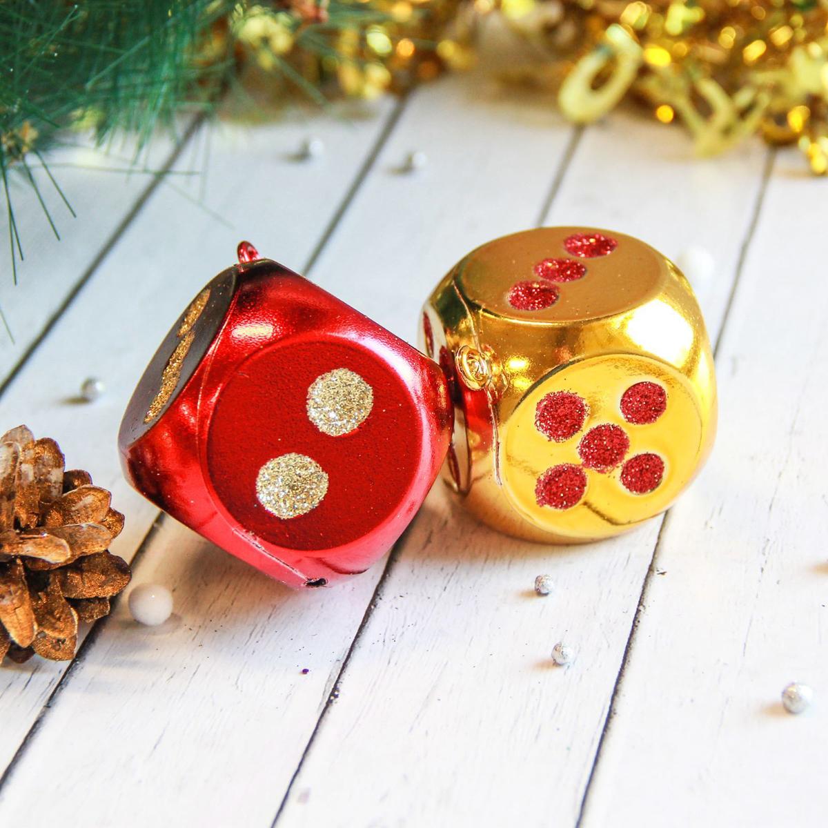 Набор новогодних подвесных украшений Кубики, 5 х 5 см, 9 шт2122488Набор новогодних подвесных украшений отлично подойдет для декорации вашего дома и новогодней ели. С помощью специальной петельки украшение можно повесить в любом понравившемся вам месте. Но, конечно, удачнее всего оно будет смотреться на праздничной елке.Елочная игрушка - символ Нового года. Она несет в себе волшебство и красоту праздника. Такое украшение создаст в вашем доме атмосферу праздника, веселья и радости.