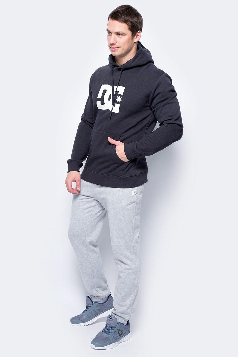 Толстовка мужская DC Shoes Star, цвет: черный. EDYSF03107-KVJ0. Размер L (50)EDYSF03107-KVJ0Толстовка от DC Shoes выполнена из хлопкового материала. Модель с длинными рукавами и капюшоном с затягивающимся шнурком спереди дополнена карманом кенгуру. Толстовка на груди декорирована принтом в виде фирменного логотипа бренда.