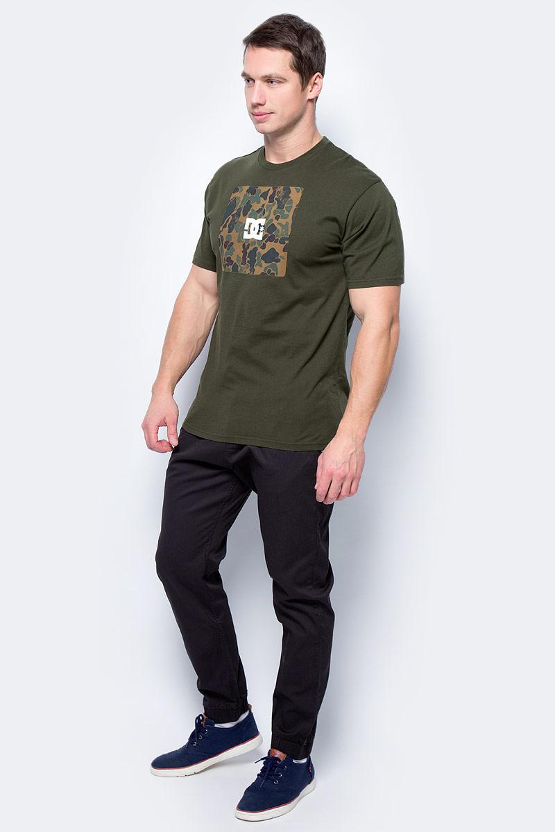 Футболка мужская DC Shoes, цвет: темно-оливковый. EDYZT03692-CSN0. Размер S (46)EDYZT03692-CSN0Мужская футболка от DC Shoes выполнена из натурального хлопкового трикотажа. Модель с короткими рукавами и круглым вырезом горловины на груди оформлена принтом.