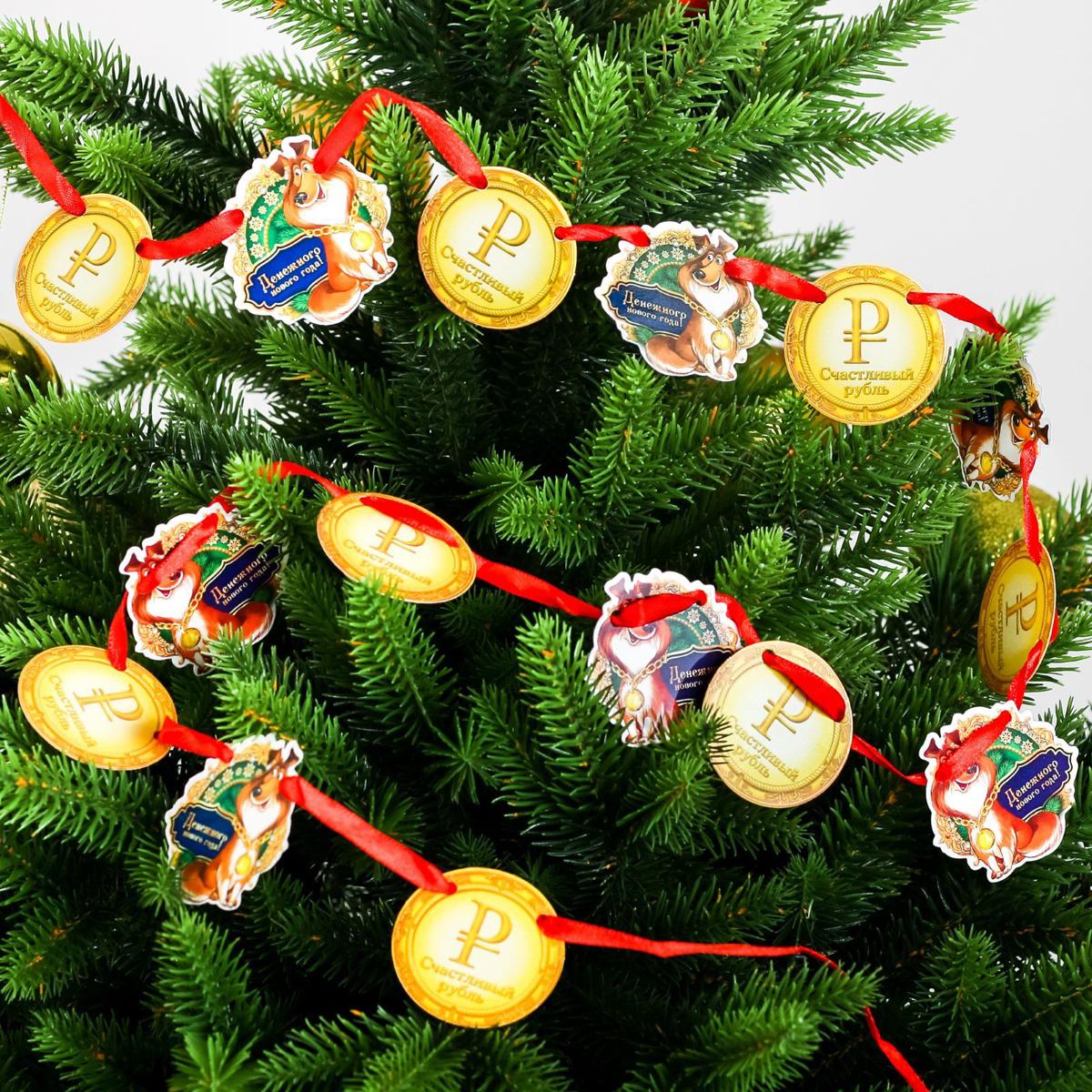 Гирлянда Счастливый рубль, 4,5 х 4,5 см, длина 2 м2268891Оформление — важная часть любого торжества, особенно Нового года. Яркие украшения для интерьера создадут особую атмосферу в вашем доме и подарят радость. Гирлянда придется по душе каждому. Подвесьте ее в комнате, и праздничное настроение не заставит себя ждать.