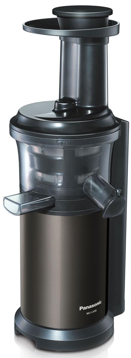 Panasonic MJ-L600STQ, Silver соковыжималкаMJ-L600STQШнековая соковыжималка Panasonic MJ-L600 выжимает сок, полностью сохраняя витаминыБлагодаря невысокой скорости вращения шнека (45 об/мин.) питательные вещества не разрушаются в результате нагрева при трении. Это эффективный способ приготовления богатых витаминами соков и десертов. Сок не расслаивается со временем, поэтому вкус сохраняется дольше.Основание шнека выполнено из нержавеющей стали. Благодаря этому вы можете легко отжимать сок как из твердых, так и из мягких фруктов и овощейУстановите соответствующую насадку и наслаждайтесь вкусами замороженных десертов.Благодаря фильтру с крупными ячейками вы сможете готовить смузи, супы-пюре и соусыКрышка носика для подачи сока оснащена системой капля-стоп, которая не дает соку проливаться после отжима.Щетка вращается автоматически, удаляя мякоть с поверхности сетки, не позволяя фильтру забиться.Кроме вкусных соков и легких сорбетов вы сможете готовить множество других полезных блюд: супов, соусов и т.д.