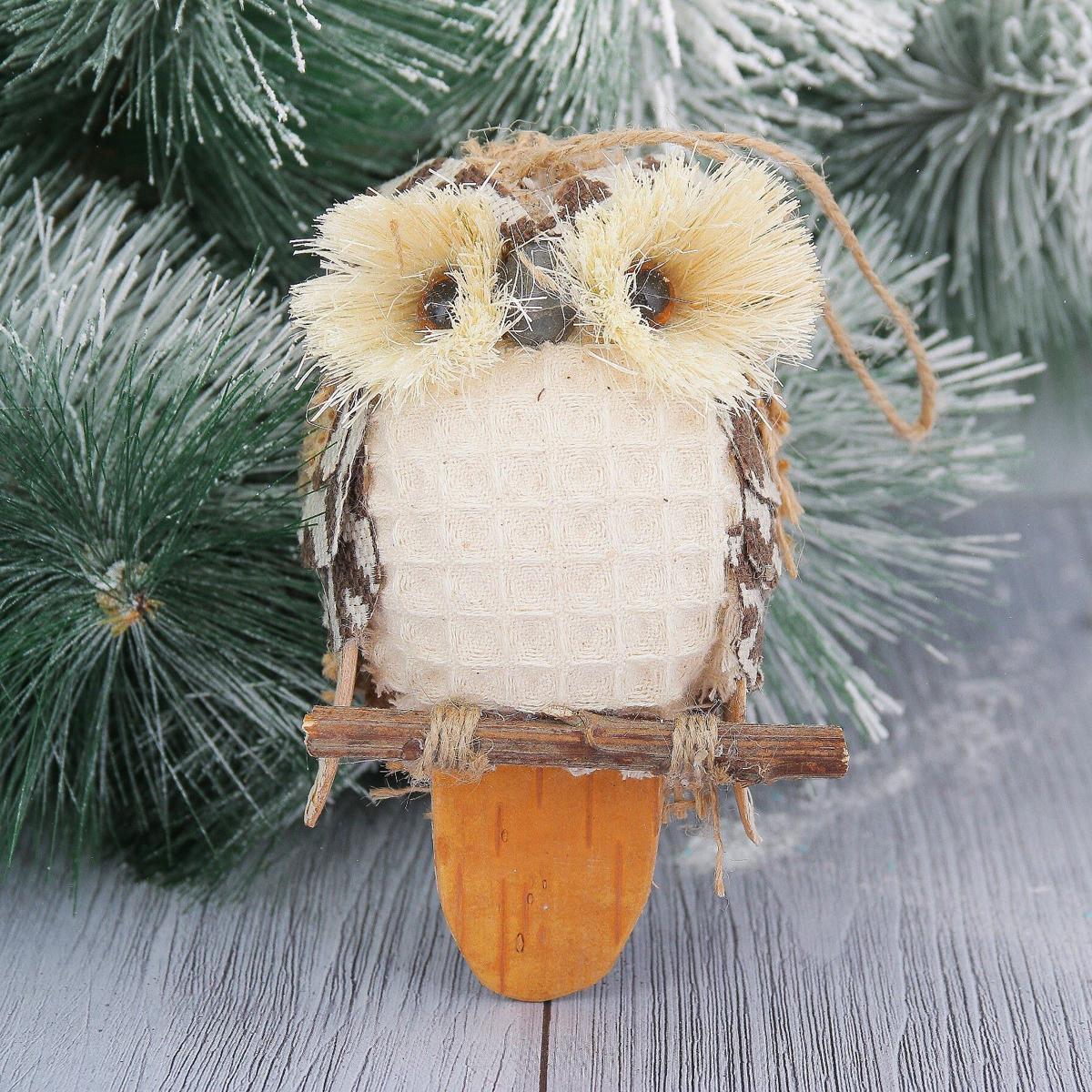 Новогоднее подвесное украшение Совушка, длина 11 см2356989Новогоднее подвесное украшение отлично подойдет для декорации вашего дома и новогодней ели. С помощью специальной петельки украшение можно повесить в любом понравившемся вам месте. Но, конечно, удачнее всего оно будет смотреться на праздничной елке.Елочная игрушка - символ Нового года. Она несет в себе волшебство и красоту праздника. Такое украшение создаст в вашем доме атмосферу праздника, веселья и радости.