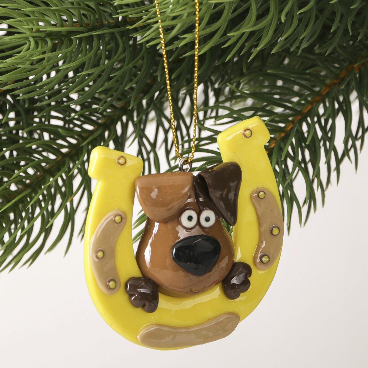 Украшение новогоднее подвесное На удачу, 5,8 х 6,2 см2323283Новогоднее украшение, выполненное из полирезина, отлично подойдет для декорации вашего дома и новогодней ели. С помощью специальнойпетельки украшение можно повесить в любом понравившемся вам месте. Но, конечно, удачнее всего оно будет смотреться на праздничной елке. Елочная игрушка - символ Нового года. Она несет в себе волшебство и красоту праздника. Такое украшение создаст в вашем домеатмосферу праздника, веселья и радости.