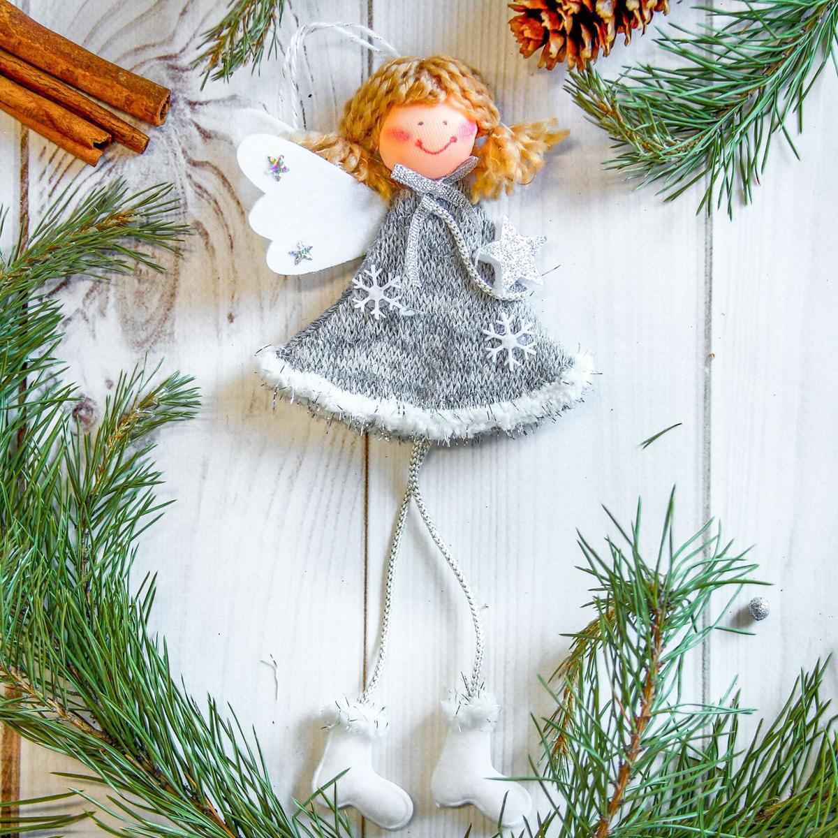 Украшение новогоднее подвесное Девочка с крылышками, 9 х 10 см2357052Новогоднее украшение ручной работы отлично подойдет для декорации вашего дома и новогодней ели. С помощью специальной петельки украшение можно повесить в любом понравившемся вам месте. Но, конечно, удачнее всего оно будет смотреться на праздничной елке.Елочная игрушка - символ Нового года. Она несет в себе волшебство и красоту праздника. Такое украшение создаст в вашем доме атмосферу праздника, веселья и радости.