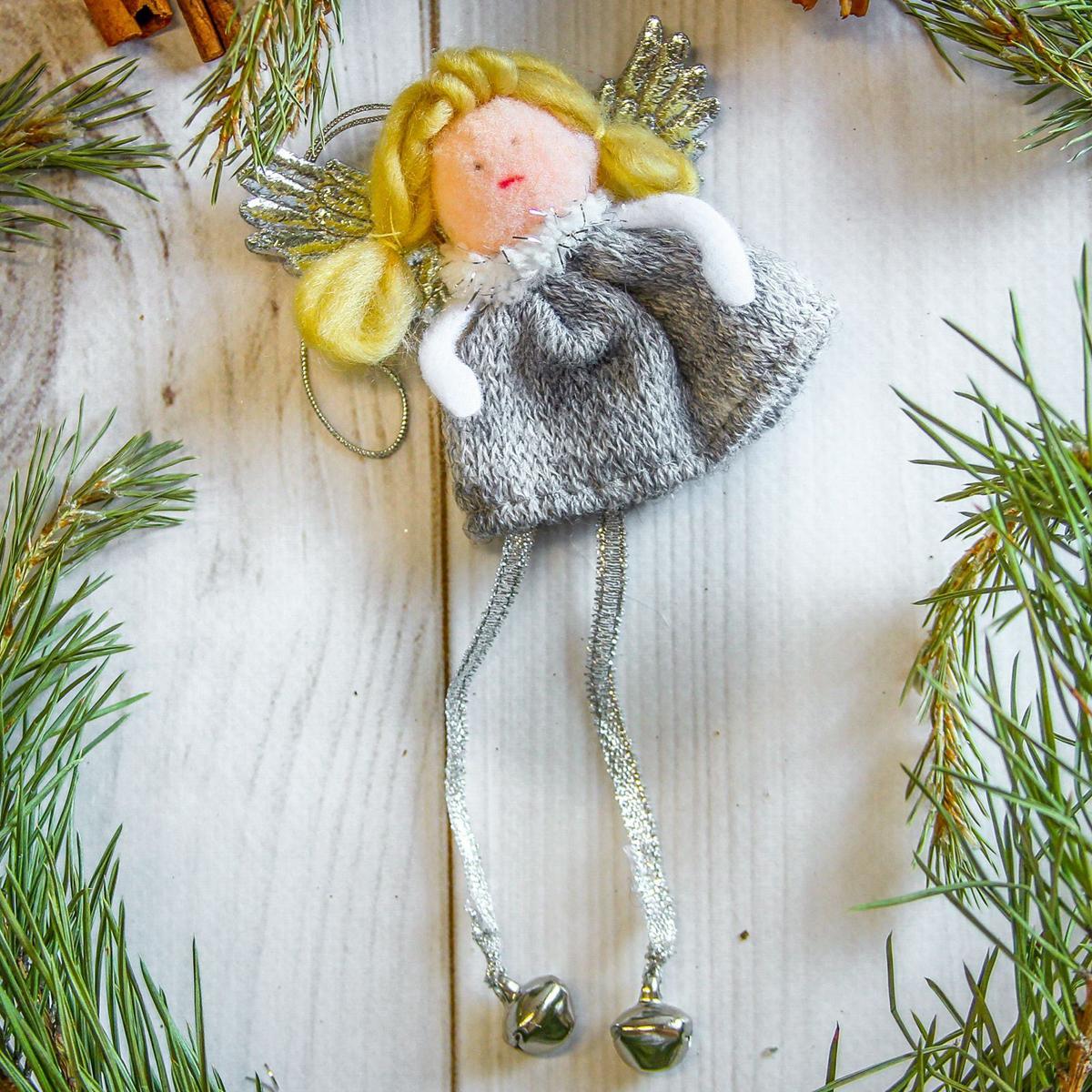 Украшение новогоднее подвесное Девочка, 6 х 7 см2357055Новогоднее украшение ручной работы отлично подойдет для декорации вашего дома и новогодней ели. С помощью специальной петельки украшение можно повесить в любом понравившемся вам месте. Но, конечно, удачнее всего оно будет смотреться на праздничной елке.Елочная игрушка - символ Нового года. Она несет в себе волшебство и красоту праздника. Такое украшение создаст в вашем доме атмосферу праздника, веселья и радости.