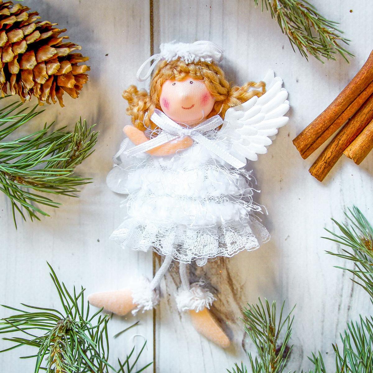 Украшение новогоднее подвесное Девочка, 6 х 9 см2357049Новогоднее украшение ручной работы отлично подойдет для декорации вашего дома и новогодней ели. С помощью специальной петельки украшение можно повесить в любом понравившемся вам месте. Но, конечно, удачнее всего оно будет смотреться на праздничной елке.Елочная игрушка - символ Нового года. Она несет в себе волшебство и красоту праздника. Такое украшение создаст в вашем доме атмосферу праздника, веселья и радости.