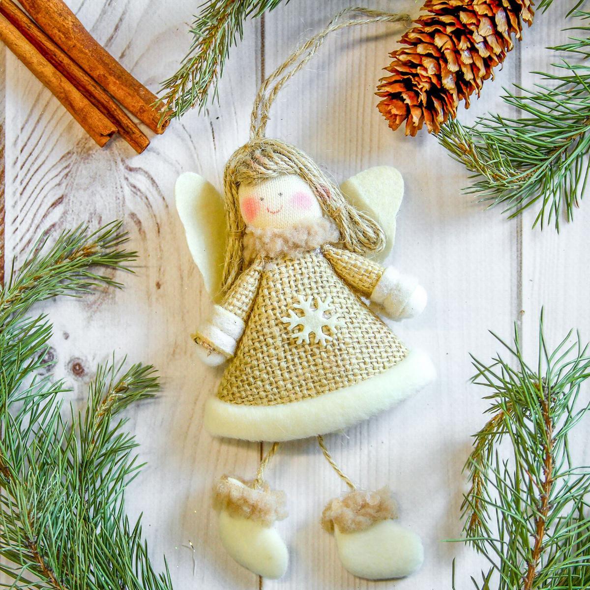 Украшение новогоднее подвесное Девочка, 7 х 14 см2357044Новогоднее украшение ручной работы отлично подойдет для декорации вашего дома и новогодней ели. С помощью специальной петельки украшение можно повесить в любом понравившемся вам месте. Но, конечно, удачнее всего оно будет смотреться на праздничной елке.Елочная игрушка - символ Нового года. Она несет в себе волшебство и красоту праздника. Такое украшение создаст в вашем доме атмосферу праздника, веселья и радости.