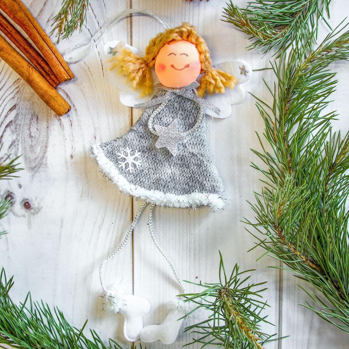 Украшение новогоднее подвесное Девочка, 9 х 10 см2357051Новогоднее украшение ручной работы отлично подойдет для декорации вашего дома и новогодней ели. С помощью специальной петельки украшение можно повесить в любом понравившемся вам месте. Но, конечно, удачнее всего оно будет смотреться на праздничной елке.Елочная игрушка - символ Нового года. Она несет в себе волшебство и красоту праздника. Такое украшение создаст в вашем доме атмосферу праздника, веселья и радости.