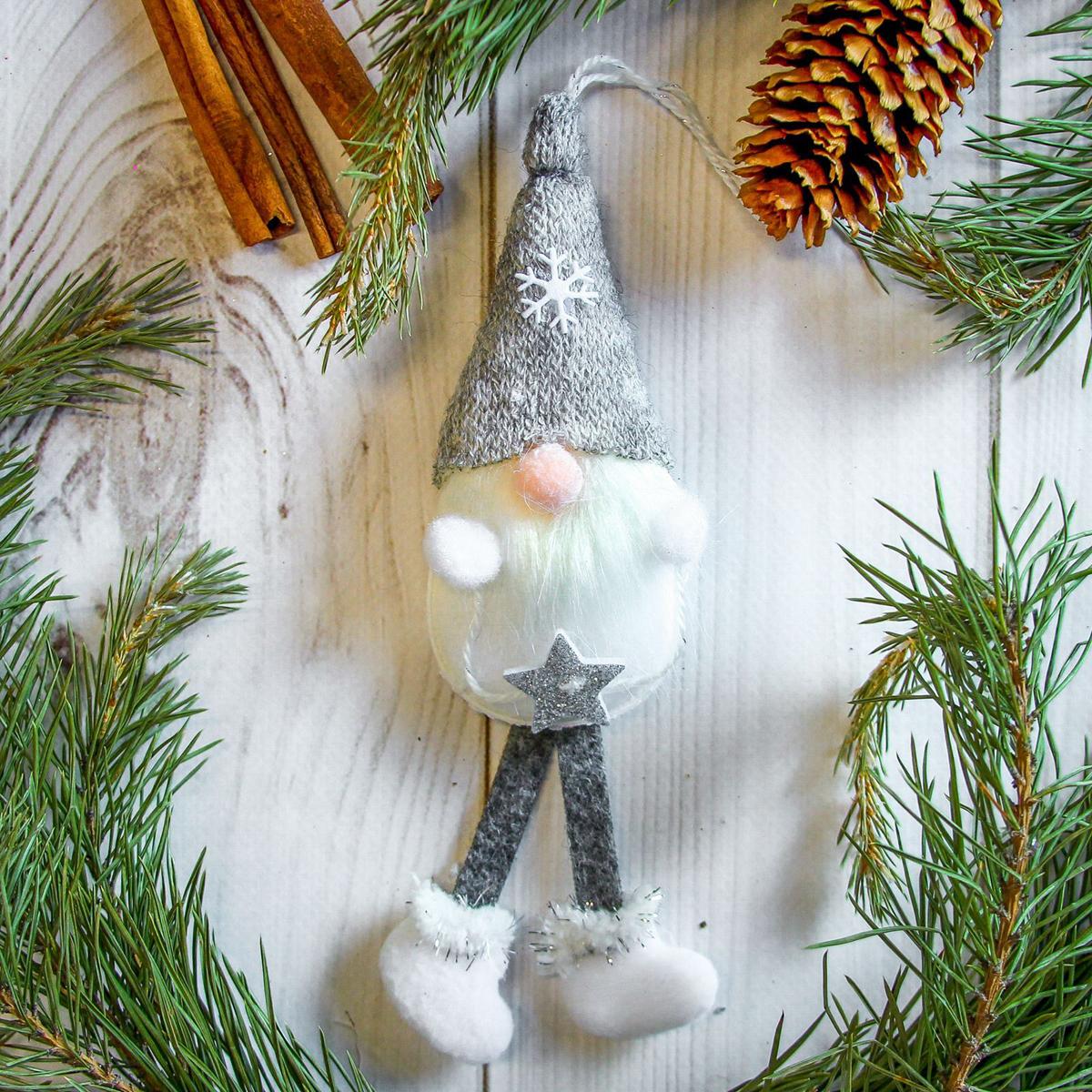 Украшение новогоднее подвесное Дед Мороз, 5 х 18 см2357050Новогоднее украшение ручной работы отлично подойдет для декорации вашего дома и новогодней ели. С помощью специальной петельки украшение можно повесить в любом понравившемся вам месте. Но, конечно, удачнее всего оно будет смотреться на праздничной елке.Елочная игрушка - символ Нового года. Она несет в себе волшебство и красоту праздника. Такое украшение создаст в вашем доме атмосферу праздника, веселья и радости.
