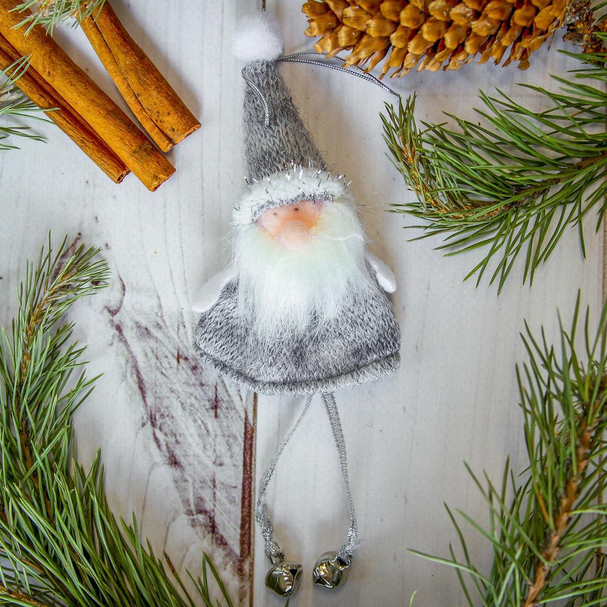 Новогоднее украшение ручной работы отлично подойдет для декорации вашего дома и новогодней ели. С помощью специальной петельки украшение можно повесить в любом понравившемся вам месте. Но, конечно, удачнее всего оно будет смотреться на праздничной елке.  Елочная игрушка - символ Нового года. Она несет в себе волшебство и красоту праздника. Такое украшение создаст в вашем доме атмосферу праздника, веселья и радости.