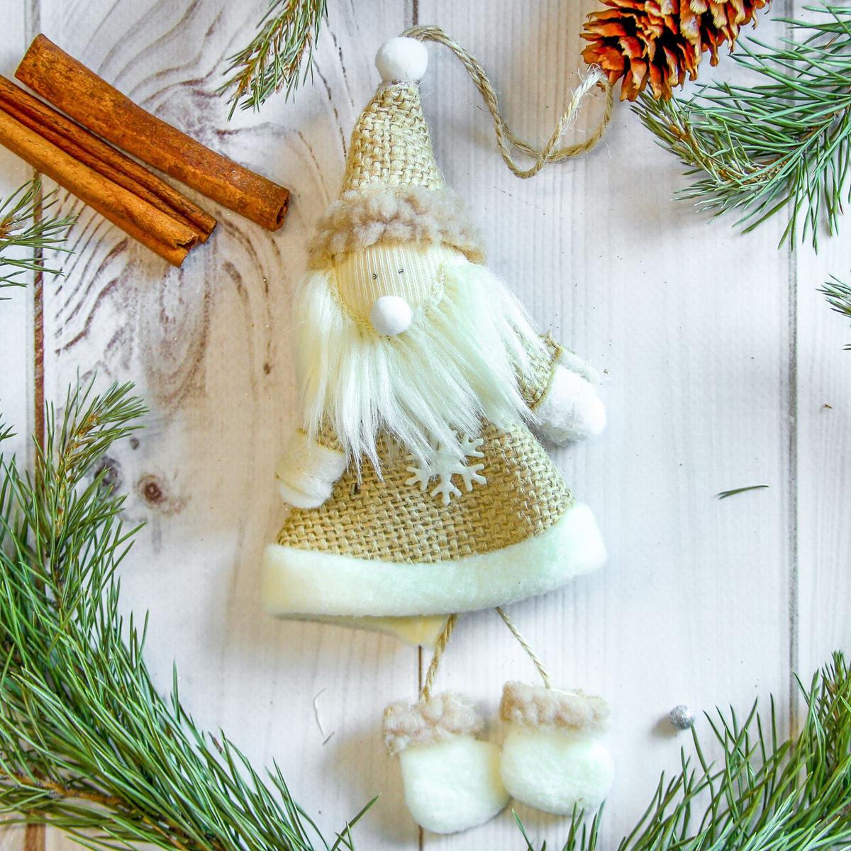 Украшение новогоднее подвесное Дед Мороз, 7 х 17 см2357045Новогоднее украшение ручной работы отлично подойдет для декорации вашего дома и новогодней ели. С помощью специальной петельки украшение можно повесить в любом понравившемся вам месте. Но, конечно, удачнее всего оно будет смотреться на праздничной елке.Елочная игрушка - символ Нового года. Она несет в себе волшебство и красоту праздника. Такое украшение создаст в вашем доме атмосферу праздника, веселья и радости.