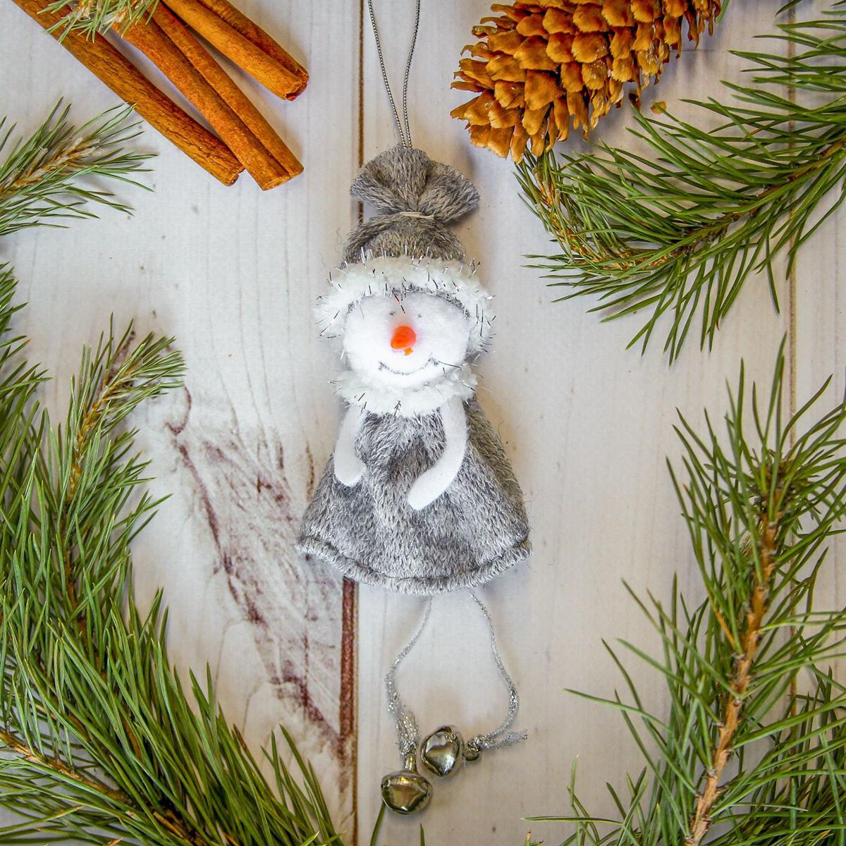 Украшение новогоднее подвесное Снеговик, 5 х 8 см2357057Новогоднее украшение ручной работы отлично подойдет для декорации вашего дома и новогодней ели. С помощью специальной петельки украшение можно повесить в любом понравившемся вам месте. Но, конечно, удачнее всего оно будет смотреться на праздничной елке.Елочная игрушка - символ Нового года. Она несет в себе волшебство и красоту праздника. Такое украшение создаст в вашем доме атмосферу праздника, веселья и радости.
