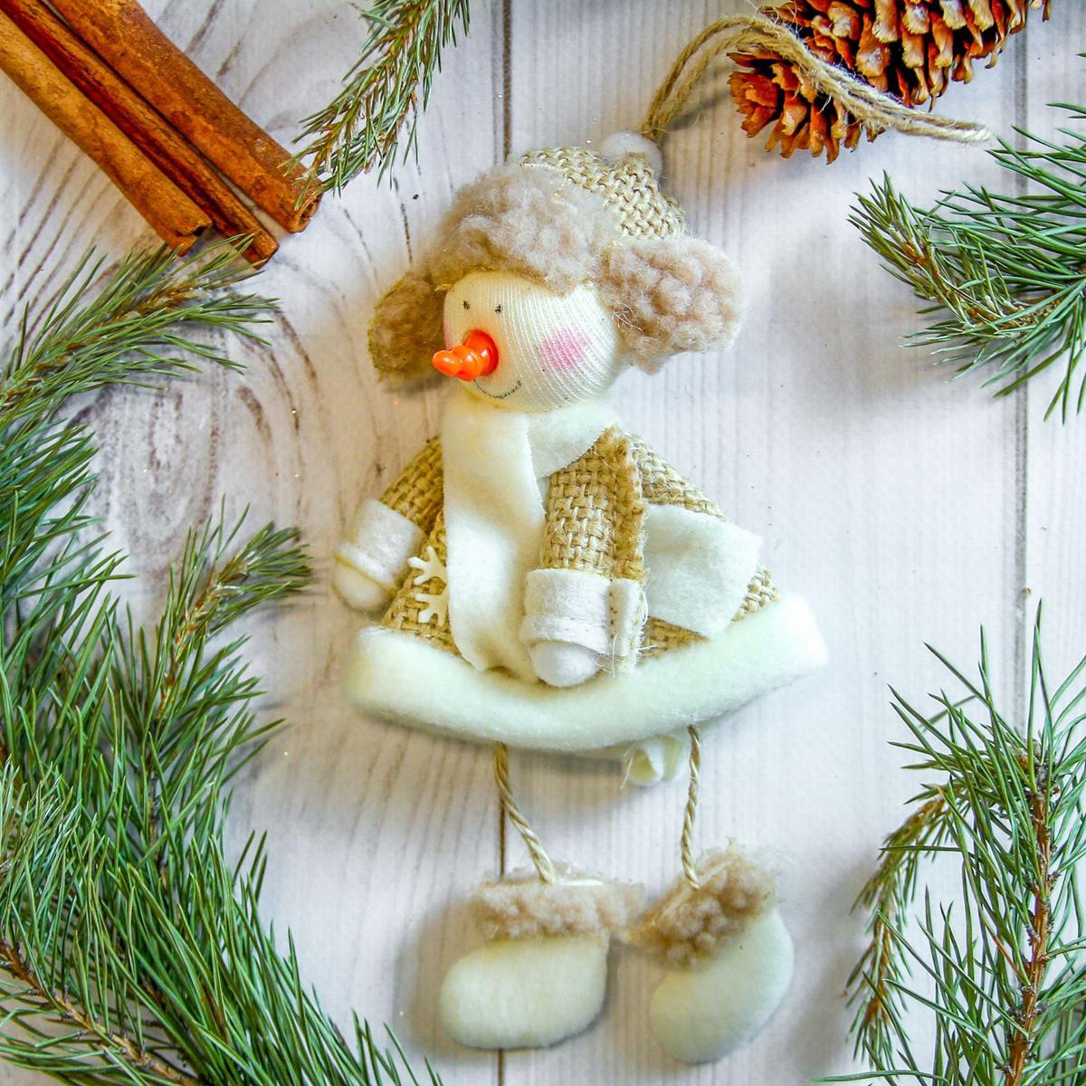 Украшение новогоднее подвесное Снеговик, 7 х 17 см2357046Новогоднее украшение ручной работы отлично подойдет для декорации вашего дома и новогодней ели. С помощью специальной петельки украшение можно повесить в любом понравившемся вам месте. Но, конечно, удачнее всего оно будет смотреться на праздничной елке.Елочная игрушка - символ Нового года. Она несет в себе волшебство и красоту праздника. Такое украшение создаст в вашем доме атмосферу праздника, веселья и радости.