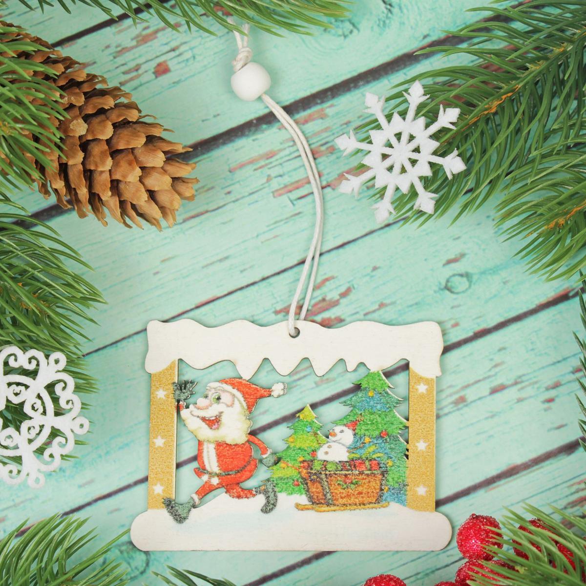 Украшение новогоднее подвесное Дед Мороз в окошечке2303449Новогоднее украшение, выполненное из дерева, отлично подойдет для декорации вашего дома и новогодней ели. С помощью специальной петельки украшение можно повесить в любом понравившемся вам месте. Но, конечно, удачнее всего оно будет смотреться на праздничной елке.Елочная игрушка - символ Нового года. Она несет в себе волшебство и красоту праздника. Такое украшение создаст в вашем доме атмосферу праздника, веселья и радости.