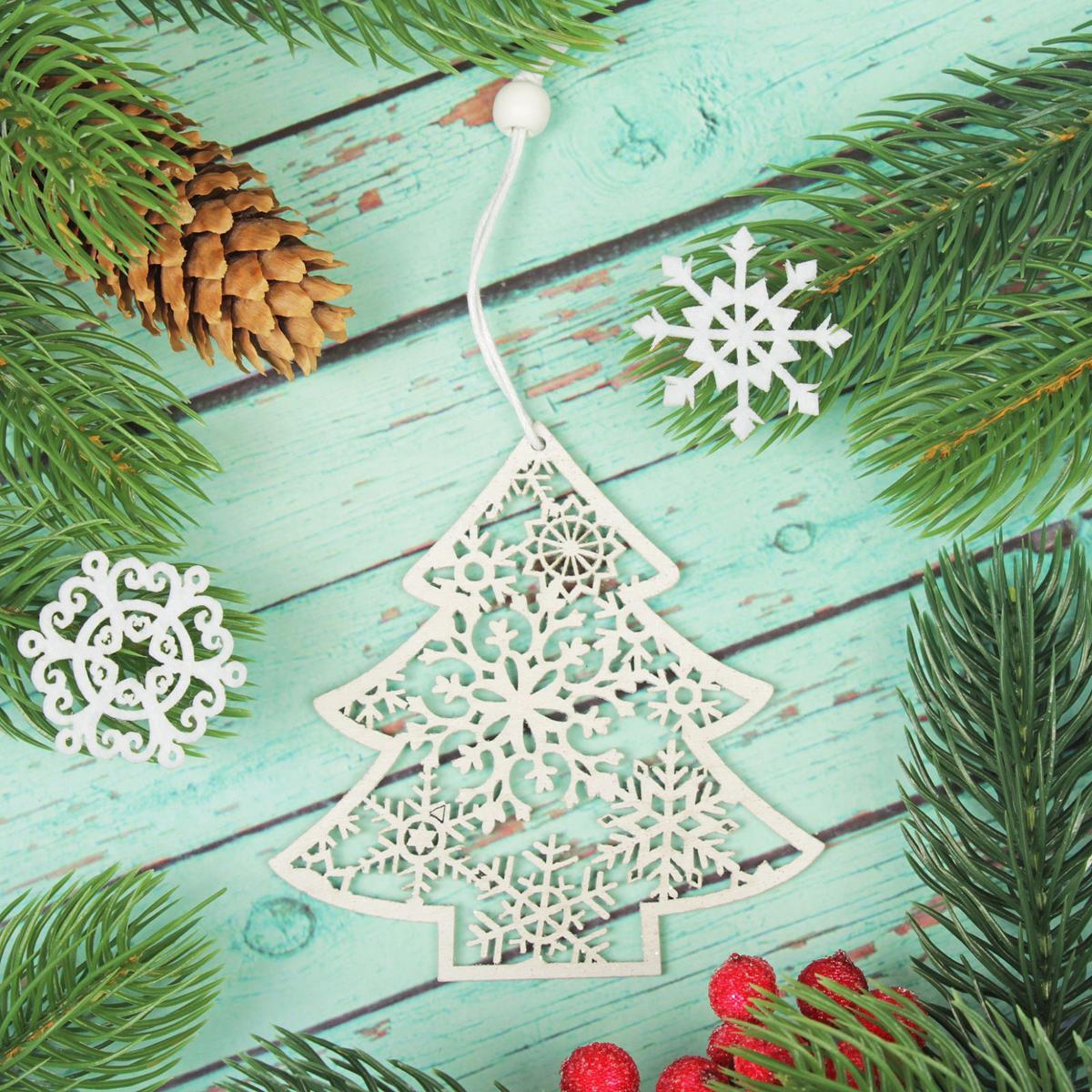 Украшение новогоднее подвесное Елочка в блестках2303462Новогоднее украшение, выполненное из дерева, отлично подойдет для декорации вашего дома и новогодней ели. С помощью специальнойпетельки украшение можно повесить в любом понравившемся вам месте. Но, конечно, удачнее всего оно будет смотреться на праздничной елке. Елочная игрушка - символ Нового года. Она несет в себе волшебство и красоту праздника. Такое украшение создаст в вашем домеатмосферу праздника, веселья и радости.