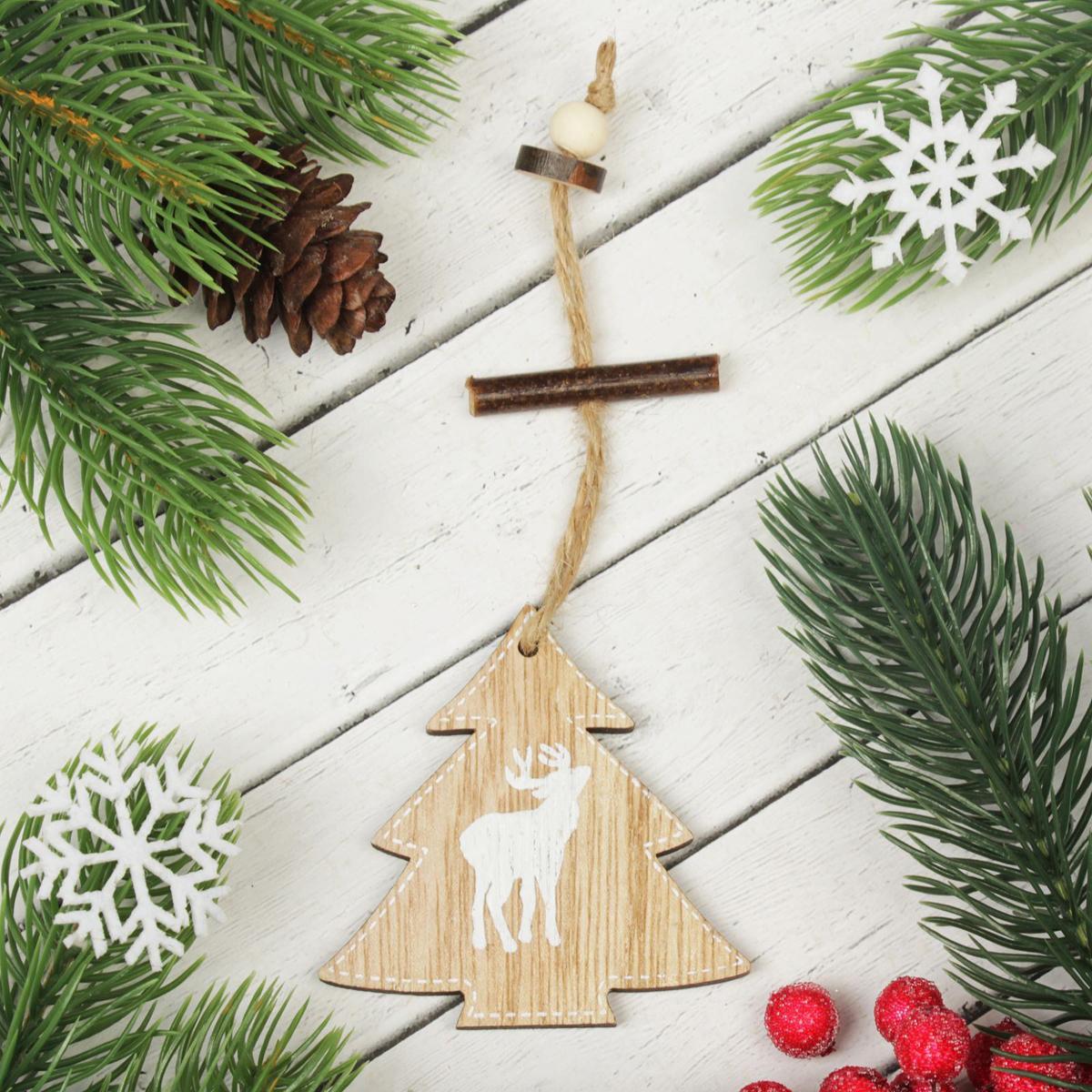 Украшение новогоднее подвесное Елочка с оленем2303246Новогоднее подвесное украшение, выполненное из дерева, отлично подойдет для декорации вашего дома и новогодней ели. С помощью специальной петельки украшение можно повесить в любом понравившемся вам месте. Но, конечно, удачнее всего оно будет смотреться на праздничной елке.Елочная игрушка - символ Нового года. Она несет в себе волшебство и красоту праздника. Такое украшение создаст в вашем доме атмосферу праздника, веселья и радости.