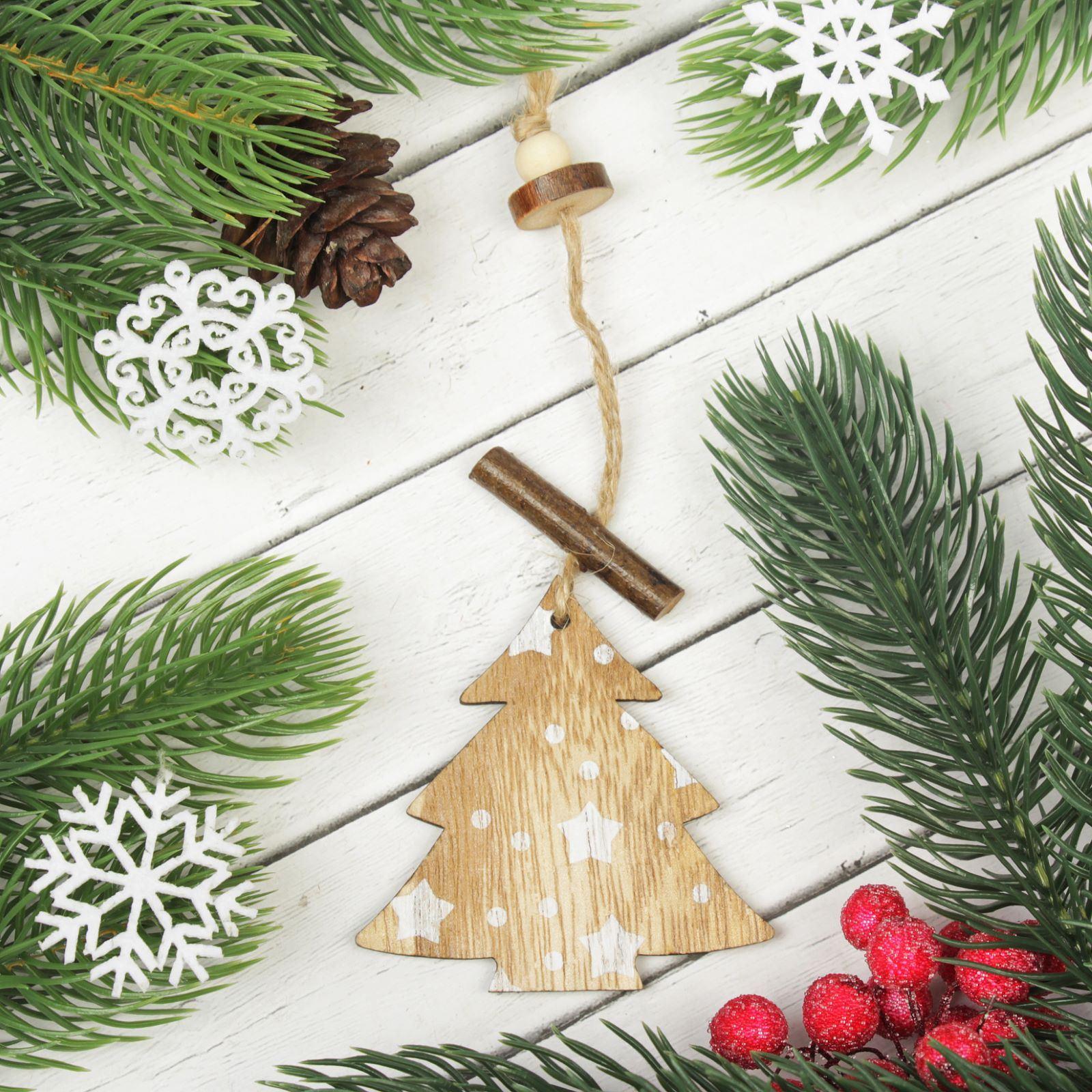 Украшение новогоднее подвесное Елочка со звездами2303247Новогоднее подвесное украшение, выполненное из дерева, отлично подойдет для декорации вашего дома и новогодней ели. С помощью специальной петельки украшение можно повесить в любом понравившемся вам месте. Но, конечно, удачнее всего оно будет смотреться на праздничной елке.Елочная игрушка - символ Нового года. Она несет в себе волшебство и красоту праздника. Такое украшение создаст в вашем доме атмосферу праздника, веселья и радости.