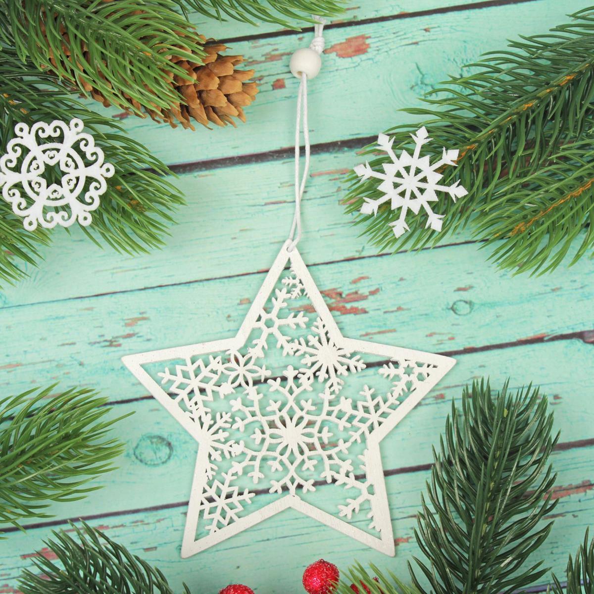 Украшение новогоднее подвесное Звезда в блестках2303461Новогоднее украшение, выполненное из дерева, отлично подойдет для декорации вашего дома и новогодней ели. С помощью специальной петельки украшение можно повесить в любом понравившемся вам месте. Но, конечно, удачнее всего оно будет смотреться на праздничной елке.Елочная игрушка - символ Нового года. Она несет в себе волшебство и красоту праздника. Такое украшение создаст в вашем доме атмосферу праздника, веселья и радости.