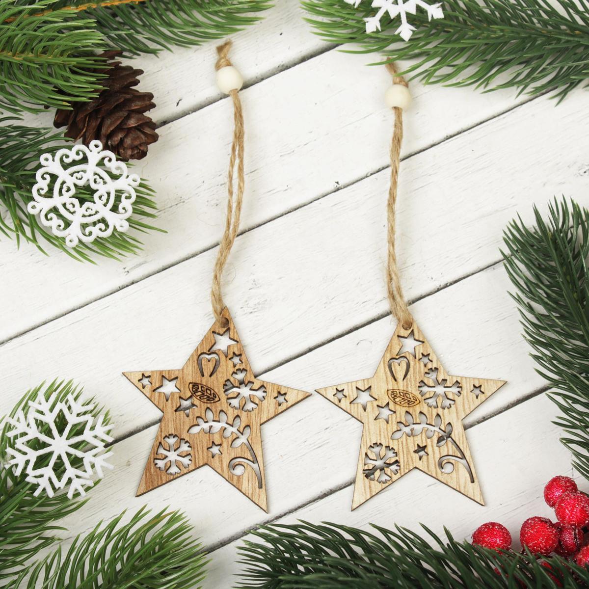Украшение новогоднее подвесное Звезды в снежинках, 2 шт2303250Набор новогодних подвесных украшений, выполненных из дерева, отлично подойдет для декорации вашего дома и новогодней ели. С помощью специальной петельки украшение можно повесить в любом понравившемся вам месте. Но, конечно, удачнее всего оно будет смотреться на праздничной елке.Елочная игрушка - символ Нового года. Она несет в себе волшебство и красоту праздника. Такое украшение создаст в вашем доме атмосферу праздника, веселья и радости. В комплекте 2 украшения.