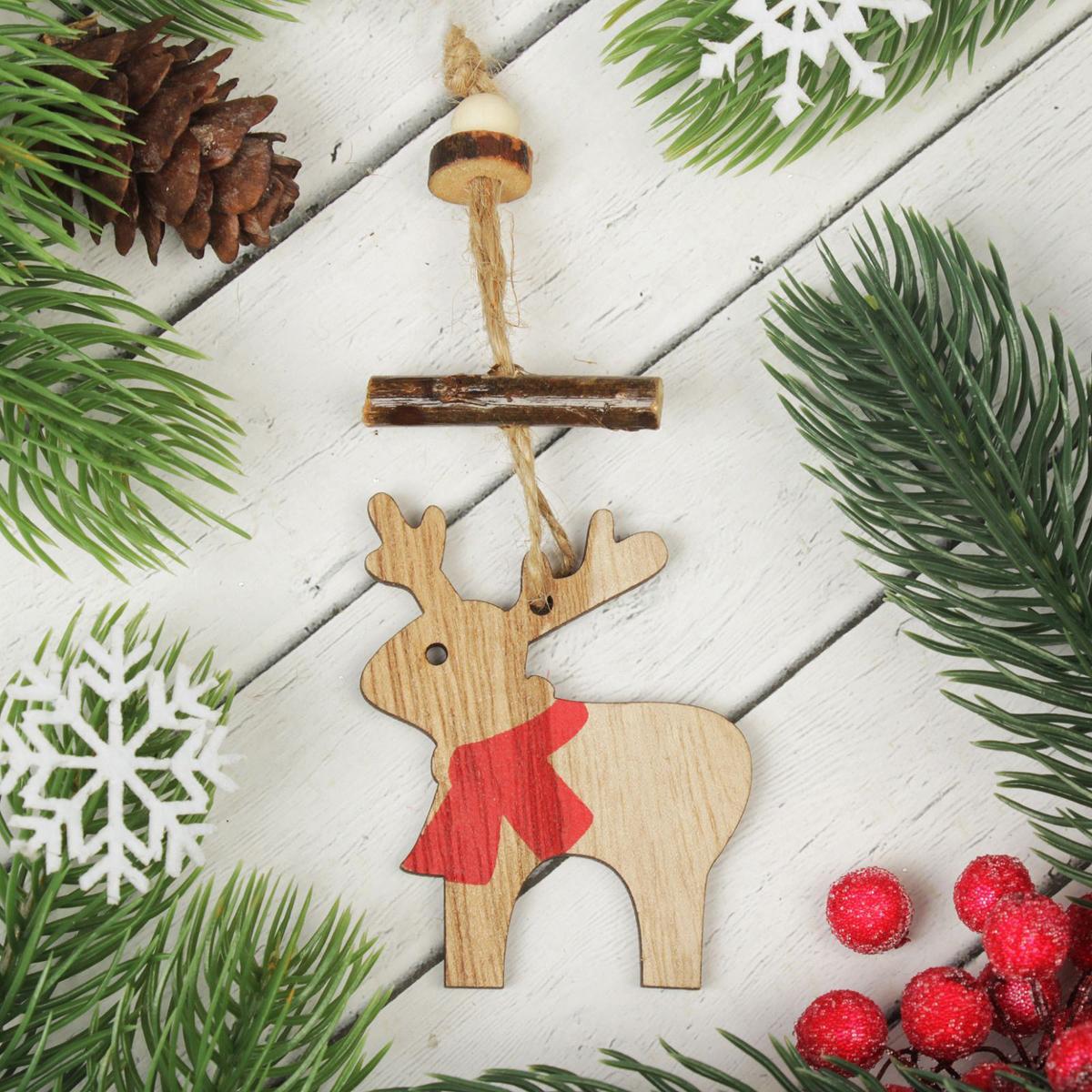 Украшение новогоднее подвесное Олень в шарфике2303244Новогоднее подвесное украшение, выполненное из дерева, отлично подойдет для декорации вашего дома и новогодней ели. С помощью специальной петельки украшение можно повесить в любом понравившемся вам месте. Но, конечно, удачнее всего оно будет смотреться на праздничной елке.Елочная игрушка - символ Нового года. Она несет в себе волшебство и красоту праздника. Такое украшение создаст в вашем доме атмосферу праздника, веселья и радости.