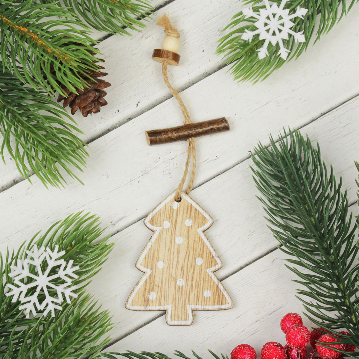 Украшение новогоднее подвесное Праздничное дерево2303241Новогоднее подвесное украшение, выполненное из дерева, отлично подойдет для декорации вашего дома и новогодней ели. С помощьюспециальной петельки украшение можно повесить в любом понравившемся вам месте. Но, конечно, удачнее всего оно будет смотреться напраздничной елке.Елочная игрушка - символ Нового года. Она несет в себе волшебство и красоту праздника. Такое украшение создаст ввашем доме атмосферу праздника, веселья и радости.