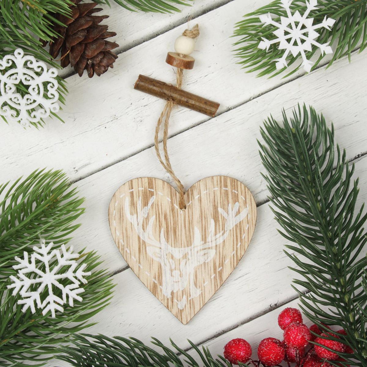 Украшение новогоднее подвесное Праздничный олень2303242Новогоднее подвесное украшение, выполненное из дерева, отлично подойдет для декорации вашего дома и новогодней ели. С помощью специальной петельки украшение можно повесить в любом понравившемся вам месте. Но, конечно, удачнее всего оно будет смотреться на праздничной елке.Елочная игрушка - символ Нового года. Она несет в себе волшебство и красоту праздника. Такое украшение создаст в вашем доме атмосферу праздника, веселья и радости.