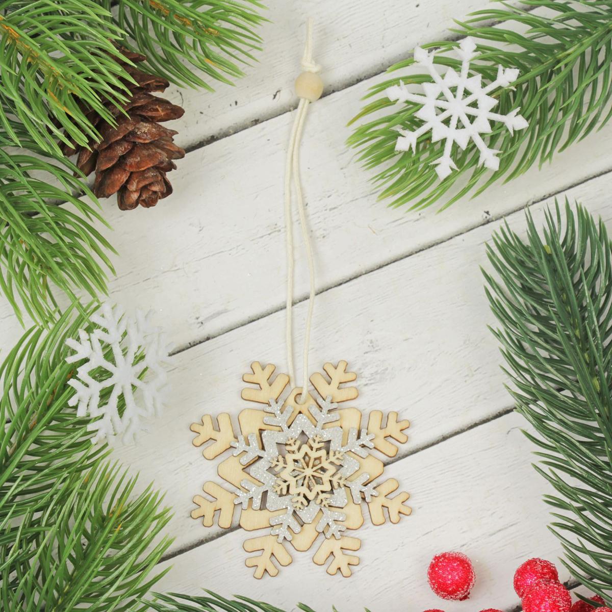 Подвеска новогодняя Резная снежинка2303459Невозможно представить нашу жизнь без праздников! Мы всегда ждем их и предвкушаем, обдумываем, как проведем памятный день, тщательно выбираем подарки и аксессуары, ведь именно они создают и поддерживают торжественный настрой. Это отличный выбор, который привнесет атмосферу праздника в ваш дом!
