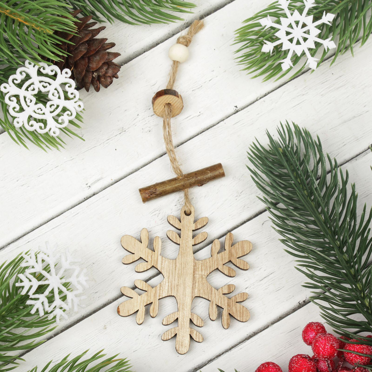 Украшение новогоднее подвесное Резная снежинка. 23032452303245Новогоднее подвесное украшение, выполненное из дерева, отлично подойдет для декорации вашего дома и новогодней ели. С помощью специальной петельки украшение можно повесить в любом понравившемся вам месте. Но, конечно, удачнее всего оно будет смотреться на праздничной елке.Елочная игрушка - символ Нового года. Она несет в себе волшебство и красоту праздника. Такое украшение создаст в вашем доме атмосферу праздника, веселья и радости.