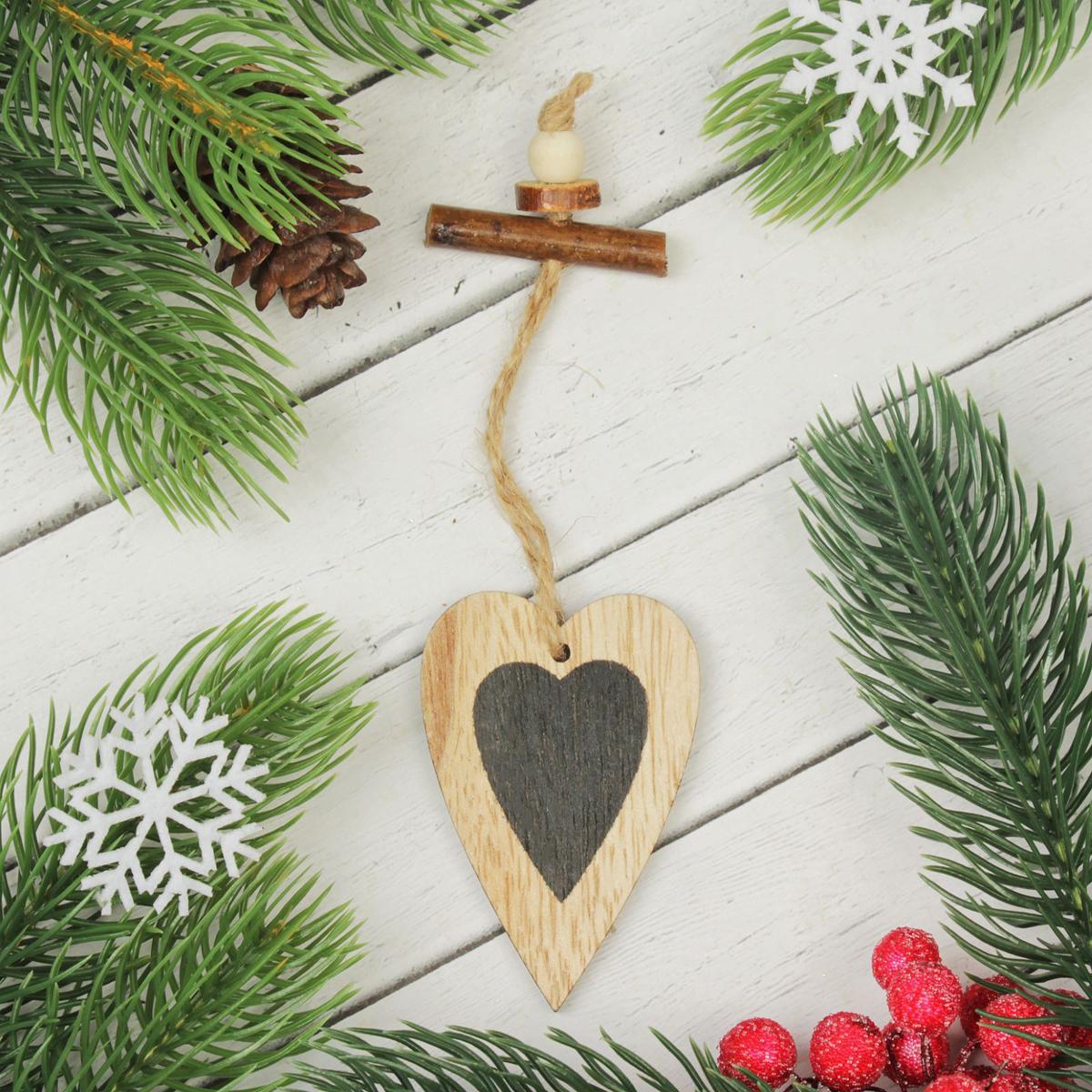 Подвеска новогодняя Сердце, 7 х 4,5 см2303243Новогодняя подвеска Сердце выполнена из дерева в виде сердца. Подвеску можно повесить на елку благодаря специальному шнурку. Невозможно представить нашу жизнь без праздников! Мы всегда ждем их и предвкушаем, обдумываем, как проведем памятный день, тщательно выбираем подарки и аксессуары, ведь именно они создают и поддерживают торжественный настрой. Это отличный выбор, который привнесет атмосферу праздника в ваш дом!