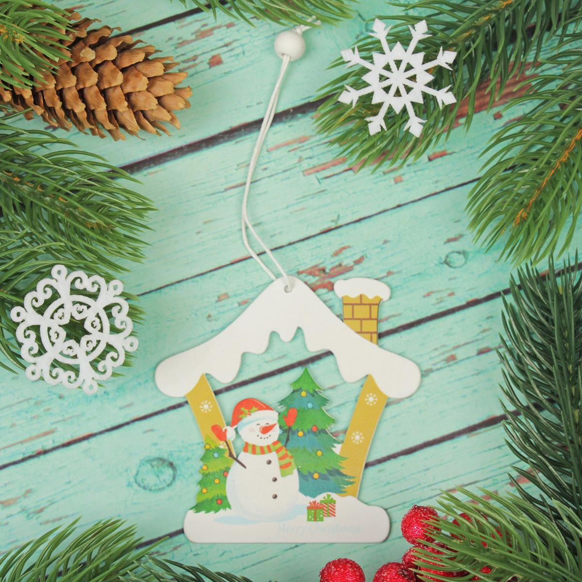Подвеска новогодняя Снеговик в домике, 8 х 8 см2303455Новогодняя подвеска Снеговик в домике выполнена из дерева в виде домика с снеговиком. Подвеску можно повесить на елку благодаря специальному текстильному шнурку. Невозможно представить нашу жизнь без праздников! Мы всегда ждем их и предвкушаем, обдумываем, как проведем памятный день, тщательно выбираем подарки и аксессуары, ведь именно они создают и поддерживают торжественный настрой. Это отличный выбор, который привнесет атмосферу праздника в ваш дом!