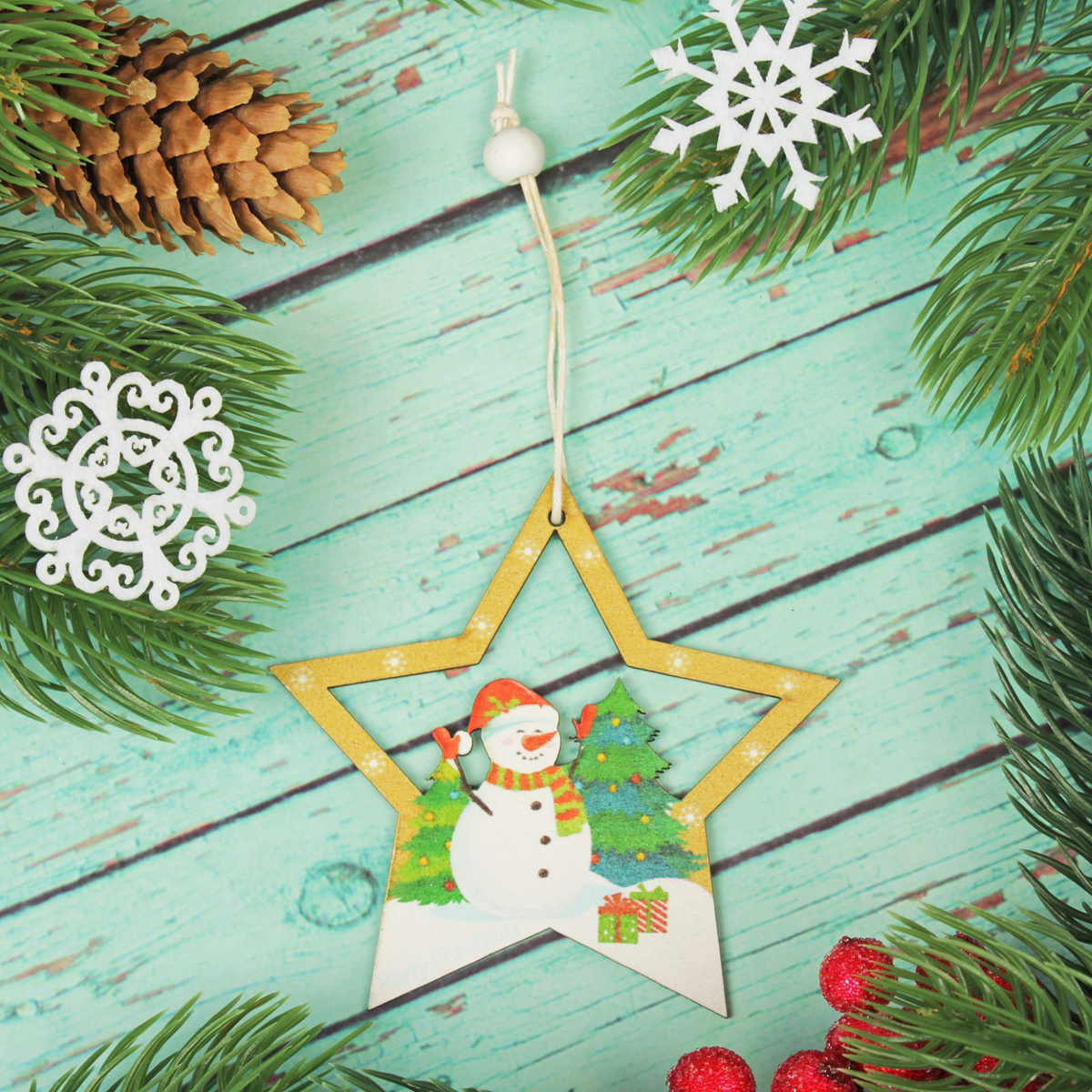 Подвеска новогодняя Снеговик в звезде, 8,8 х 8,8 см2303454Новогодняя подвеска Снеговик в звезде выполнена из дерева в виде звезды и снеговика. Подвеску можно повесить на елку благодаря специальному текстильному шнурку.Невозможно представить нашу жизнь без праздников! Мы всегда ждем их и предвкушаем, обдумываем, как проведем памятный день, тщательно выбираем подарки и аксессуары, ведь именно они создают и поддерживают торжественный настрой. Это отличный выбор, который привнесет атмосферу праздника в ваш дом!