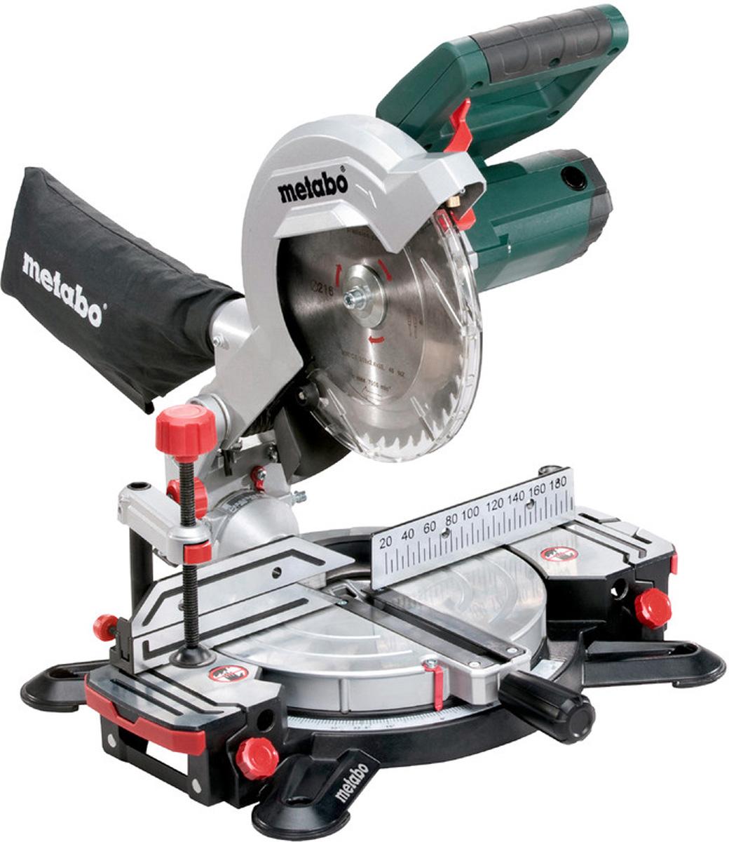 Пила торцовочная Metabo KS216MLasercut619216000Торцовочная пила Metabo KS 216 M Lasercut имеет корпус изалюминиевого литья, что гарантирует долгий срок службы.Надежную фиксацию заготовки сверху и впередиобеспечивают специальные зажимы. Для работы в местах сплохим освещением в пиле предусмотрена светодиоднаяподсветка, а для высокой точности пиления - лазерныйуказатель. D-образная рукоятка с мягкими накладками - длякомфортной работы. Рабочее место всегда останетсячистым, так как модель оснащена мешком для сбора опилок.Особенности:Прочная конструкция благодаря корпусу из алюминиевоголитья под давлением для самых сложных условий. Простая транспортировка благодаря эргономичным ручкамдля переноски и блокировка пильной головки. Эффективный отвод опилок через встроенную воронкуприема опилок.Быстрая прецизионная настройка наиболееупотребительных углов через точки фиксации.Лазер для точной индикации линии реза (от сети, батареи не нужны).Плавно выдвигающиеся расширения стола, съемные, дляустановки под длинные панели, рейки.Яркий рабочий светодиодный фонарь для освещения местареза (от сети, батареи не нужны).Высокие упоры, сдвигаемые в стороны, для безопасностираспила.Зажим для материала для надежной фиксации заготовкисверху или впереди.Головка пилы наклоняется влево, с дополнительнымугловым диапазоном для подреза. Все шкалы и элементы управления видны из рабочего положения, управление интуитивное.Объем поставки:Твердосплавное пильное полотно (40 зубьев)2 встроенных расширения стола Торцовочный упор Зажим для материала Инструмент для смены пильного диска Мешок для сбора опилок Пильный диск HW/CT 216X30.
