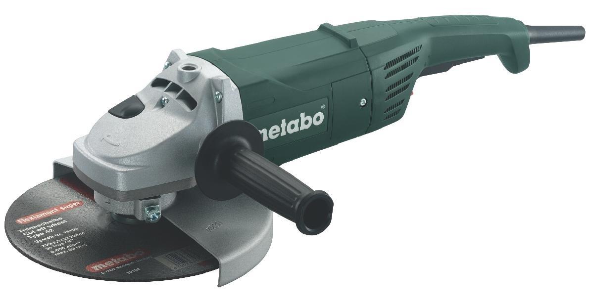 Шлифмашина угловая Metabo W2400-230600378000Угловая шлифмашина Metabo W 2400-230 используется в строительных и ремонтных работах для шлифования, резания или зачистки деталей из различных материалов. Дополнительная рукоять позволяет крепко держать инструмент двумя руками в процессе работы. Она может устанавливаться в 3 положениях. Защитный кожух ограждает шлифмашину от попадания абразивной пыли, а также повышает безопасность пользователя.Особнности:Надежный двигатель. Предохранительный выключатель Metabo - предотвращает непреднамеренное включение. Дополнительная рукоятка, монтируемая в трех положениях. Отключающиеся угольные щетки для защиты двигателя.