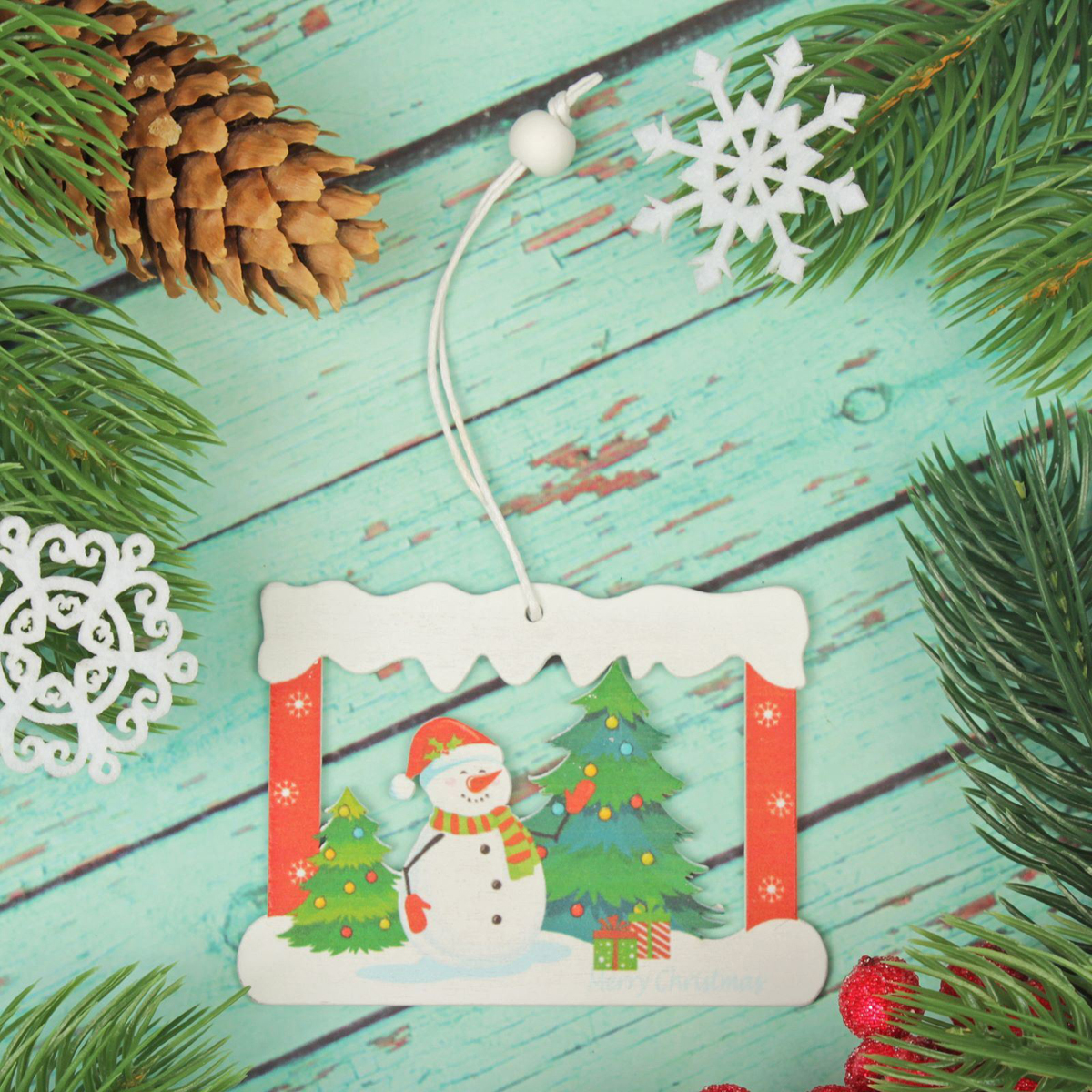 Подвеска новогодняя Снеговик в окошечке, 6 х 8 см2303450Новогодняя подвеска Снеговик в окошечке выполнена из дерева в виде снеговика в окошке. Подвеску можно повесить на елку благодаря специальному текстильному шнурку. Невозможно представить нашу жизнь без праздников! Мы всегда ждем их и предвкушаем, обдумываем, как проведем памятный день, тщательно выбираем подарки и аксессуары, ведь именно они создают и поддерживают торжественный настрой. Это отличный выбор, который привнесет атмосферу праздника в ваш дом!