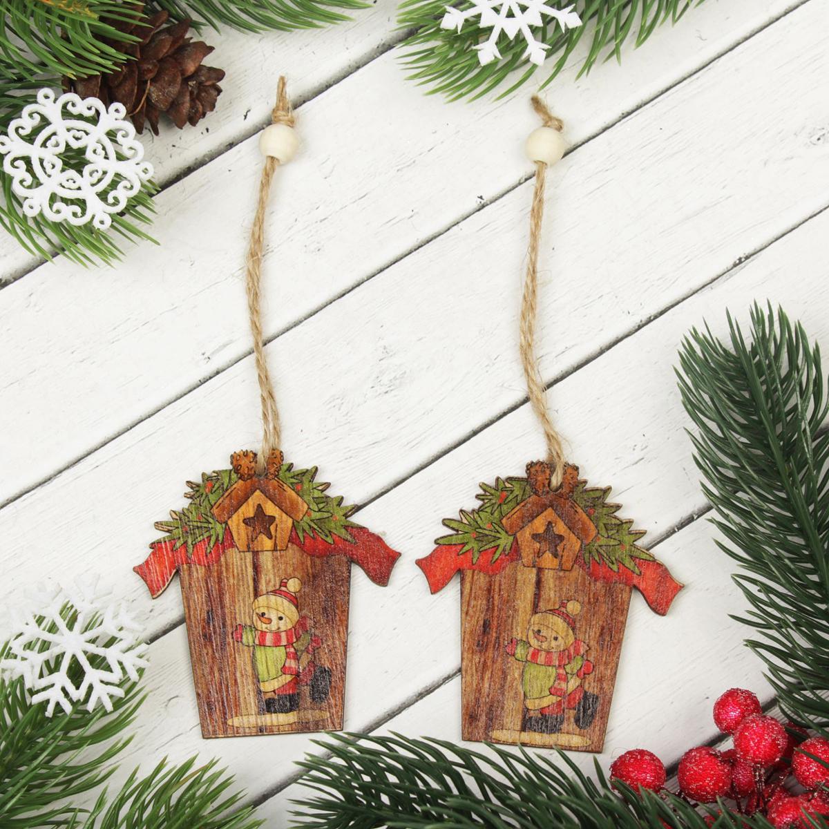 Подвеска новогодняя Снеговичок в домике, 7 х 6,5 см, 2 шт2303265Новогодняя подвеска Снеговик в домике выполнена из дерева в виде домика с изображением снеговика. Подвеску можно повесить на елку благодаря специальному текстильному шнурку.Невозможно представить нашу жизнь без праздников! Мы всегда ждем их и предвкушаем, обдумываем, как проведем памятный день, тщательно выбираем подарки и аксессуары, ведь именно они создают и поддерживают торжественный настрой. Это отличный выбор, который привнесет атмосферу праздника в ваш дом!