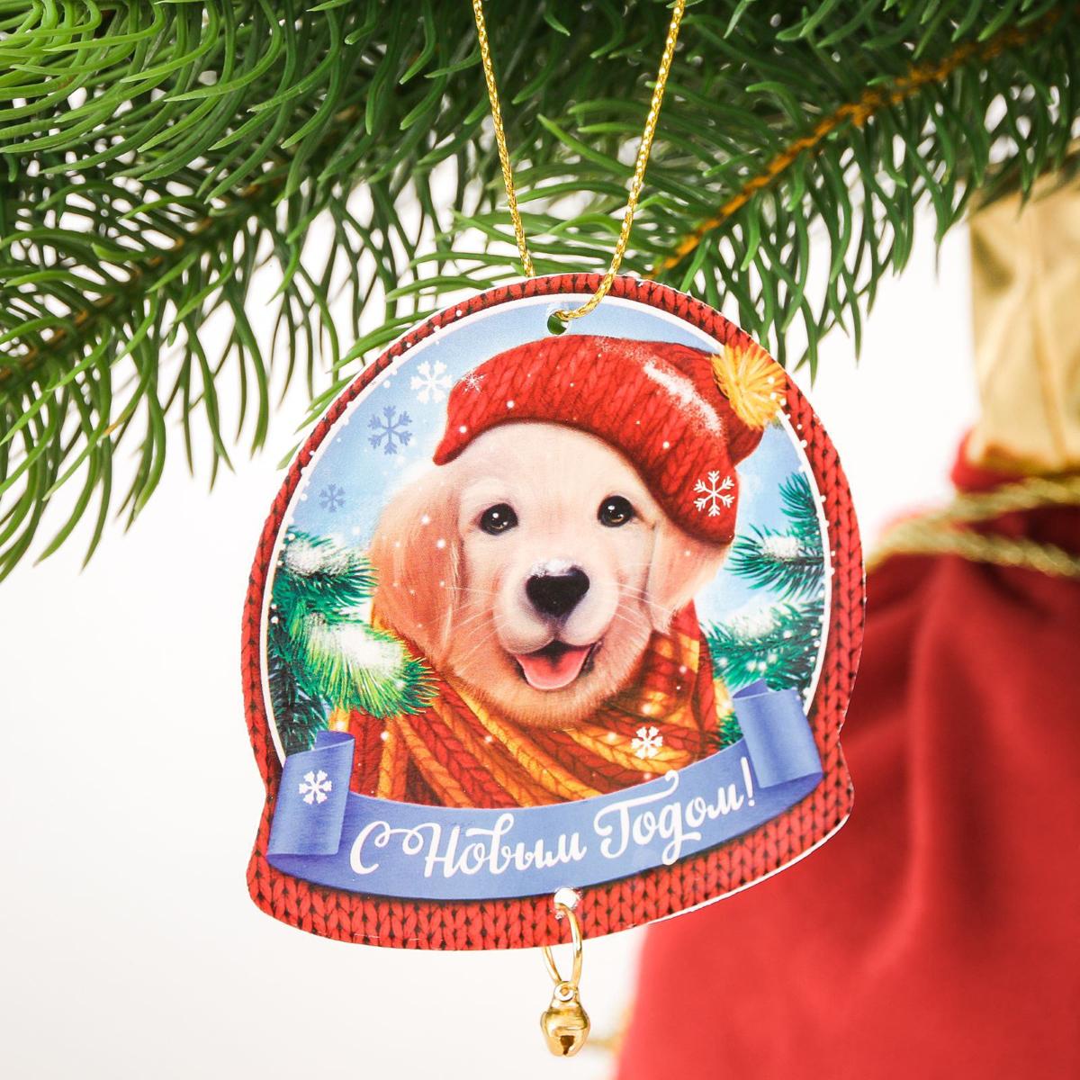 Подвеска на елку С Новым годом, с колокольчиком, 7,4 х 7,5 см2239823Подвеска на елку С Новым годом выполнена из картона в форме шарика и декорирована колокольчиком.Как приятно преображать жилище в предвкушении Нового года и Рождества! На вашей новогодней елке обязательно найдется место для этой яркой подвески с бубенчиком. Легкие бумажные украшения не разобьются и будут долгие годы радовать вас оригинальным дизайном.