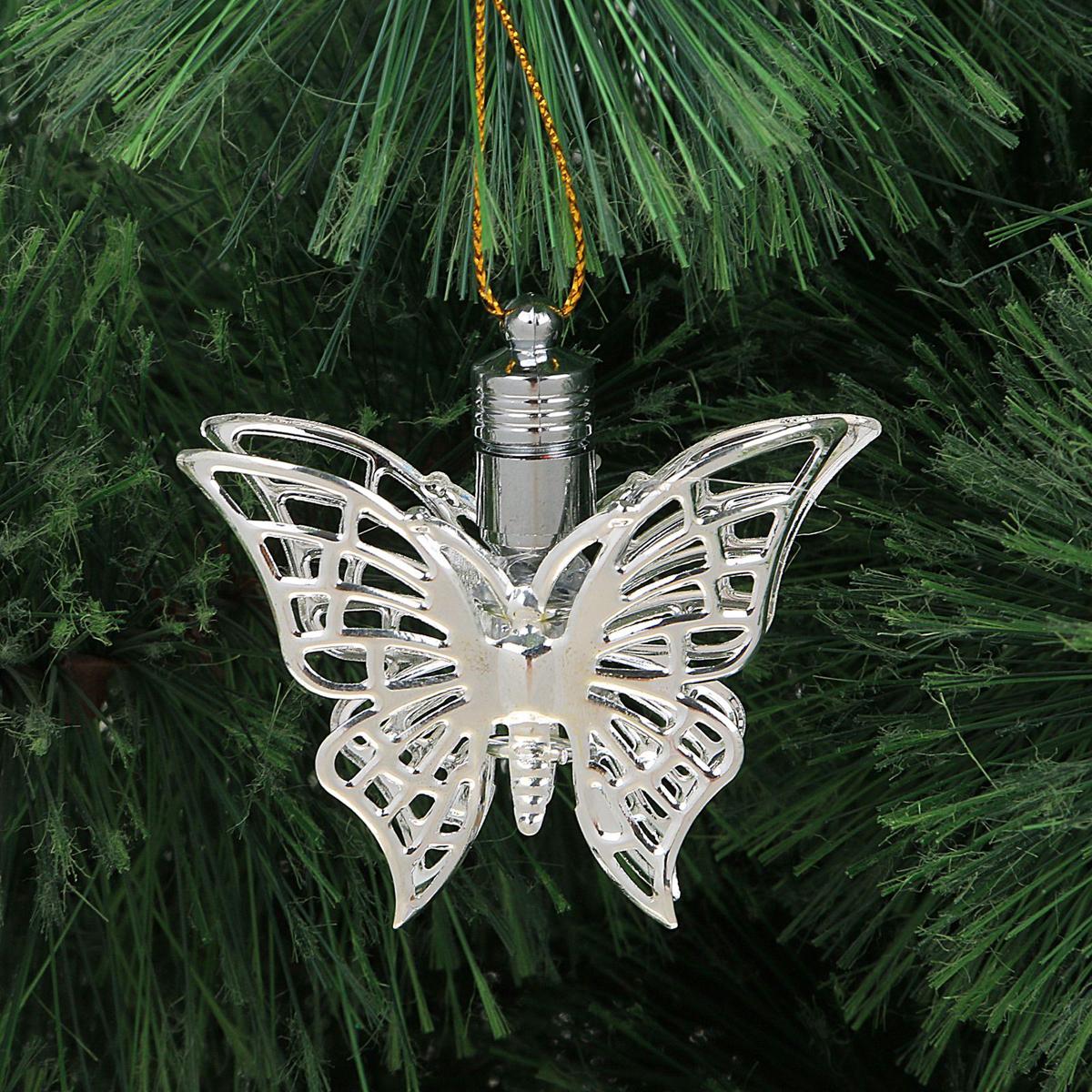 Подвеска новогодняя Luazon Lighting Бабочка, световая, цвет: серебристый, длина 5,5 см2327170Световая новогодняя подвеска Luazon Lighting Бабочка выполнена из металла в виде бабочки. Елочное украшение выглядит как простая елочная игрушка днем, но при этом остается видимой вечером.Просто включите изделие с наступлением темноты, и оно украсит елку огоньками. Подвеска Luazon Lighting Бабочка работает от батареек (входит в комплект) и пожаробезопасна, так как светодиоды не нагреваются, в отличие от ламп накаливания.