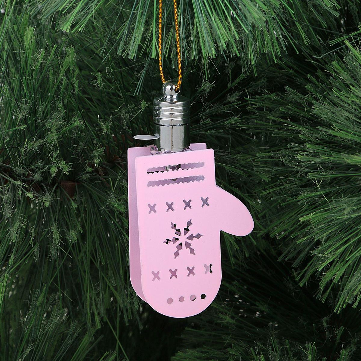 Подвеска новогодняя Luazon Lighting Варежка, световая, цвет: розовый, длина 7,5 см2327160Световая новогодняя подвеска Luazon Lighting Варежка выполнена из металла в виде варежки. Елочное украшение выглядит как простая елочная игрушка днем, но при этом остается видимой вечером. Просто включите изделие с наступлением темноты, и оно украсит елку огоньками. Подвеска Luazon Lighting Бабочка работает от батареек (входит в комплект) и пожаробезопасна, так как светодиоды не нагреваются, в отличие от ламп накаливания.