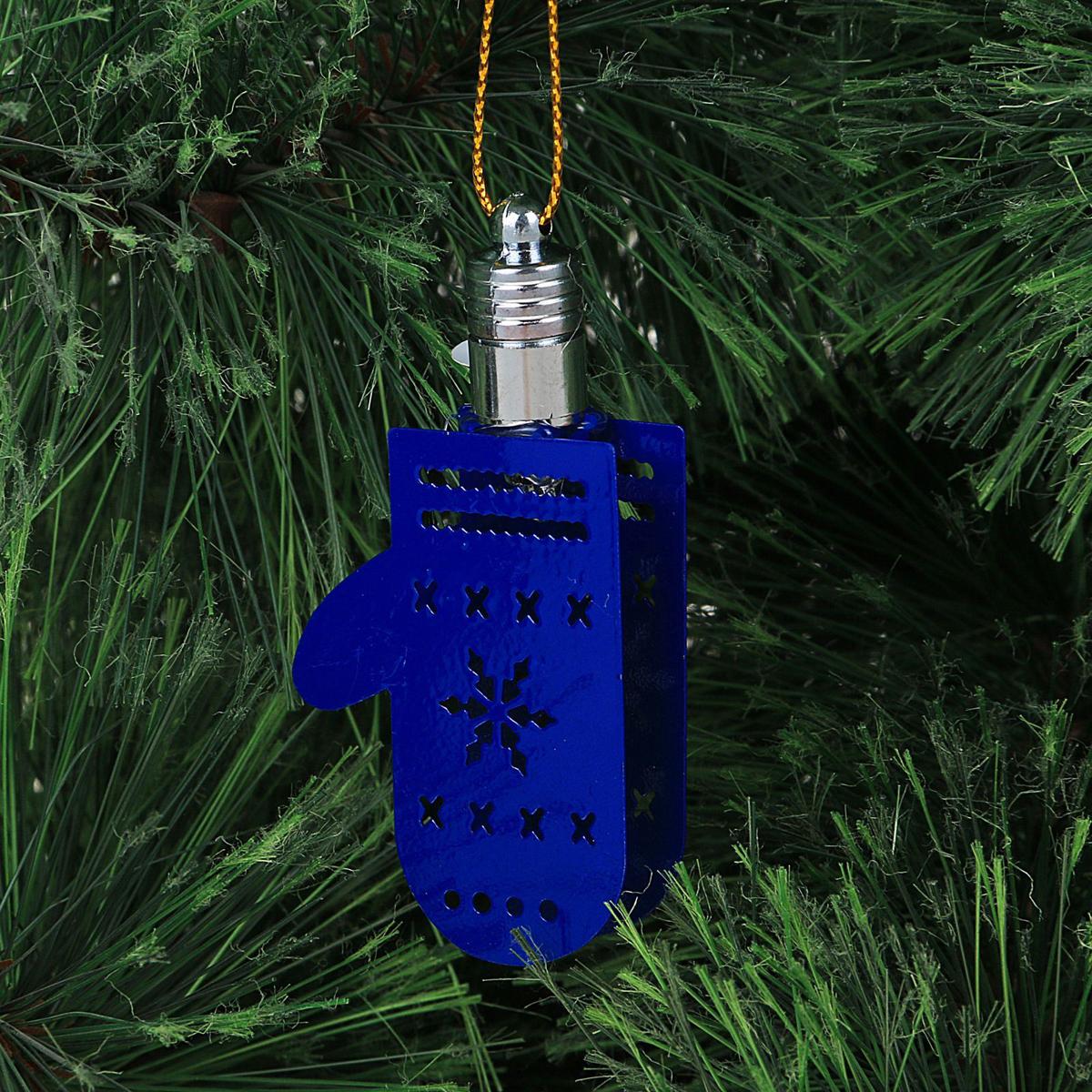 Подвеска новогодняя Luazon Lighting Бабочка, световая, цвет: синий, длина 5,5 см2327159Световая новогодняя подвеска Luazon Lighting Варежка выполнена из металла в виде варежки. Елочное украшение выглядит как простая елочная игрушка днем, но при этом остается видимой вечером. Просто включите изделие с наступлением темноты, и оно украсит елку огоньками. Подвеска Luazon Lighting Варежка работает от батареек (входит в комплект) и пожаробезопасна, так как светодиоды не нагреваются, в отличие от ламп накаливания.
