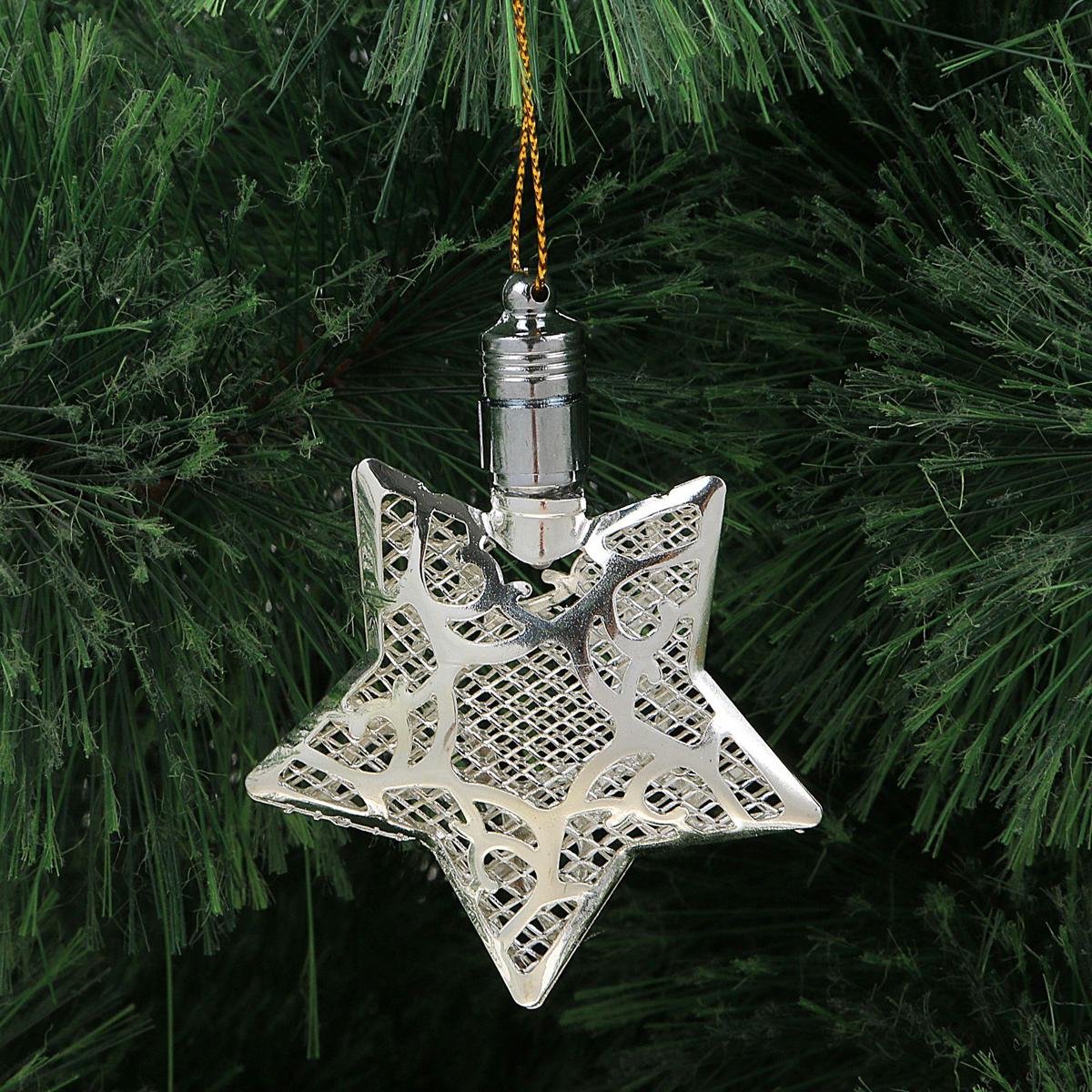 Подвеска новогодняя Luazon Lighting Звезда, световая, цвет: серебристый, длина 8 см2327168Световая новогодняя подвеска Luazon Lighting Звезда выполнена из металла в виде объемной звезды. Елочное украшение выглядит как простая елочная игрушка днем, но при этом остается видимой вечером.Просто включите изделие с наступлением темноты, и оно украсит елку огоньками. Подвеска Luazon Lighting Звезда работает от батареек (входит в комплект) и пожаробезопасна, так как светодиоды не нагреваются, в отличие от ламп накаливания.