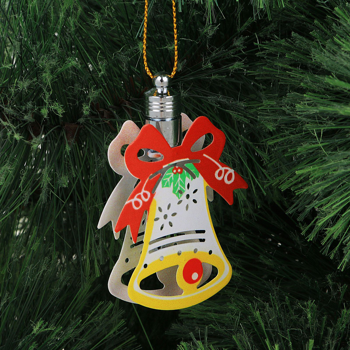 Подвеска новогодняя Luazon Lighting Колокольчик, световая, длина 7,5 см2327185Световая новогодняя подвеска Luazon Lighting Колокольчик выполнена из металла в виде колокольчика. Елочное украшение выглядит как простая елочная игрушка днем, но при этом остается видимой вечером. Просто включите изделие с наступлением темноты, и оно украсит елку огоньками. Подвеска Luazon Lighting Колокольчик работает от батареек (входит в комплект) и пожаробезопасна, так как светодиоды не нагреваются, в отличие от ламп накаливания.