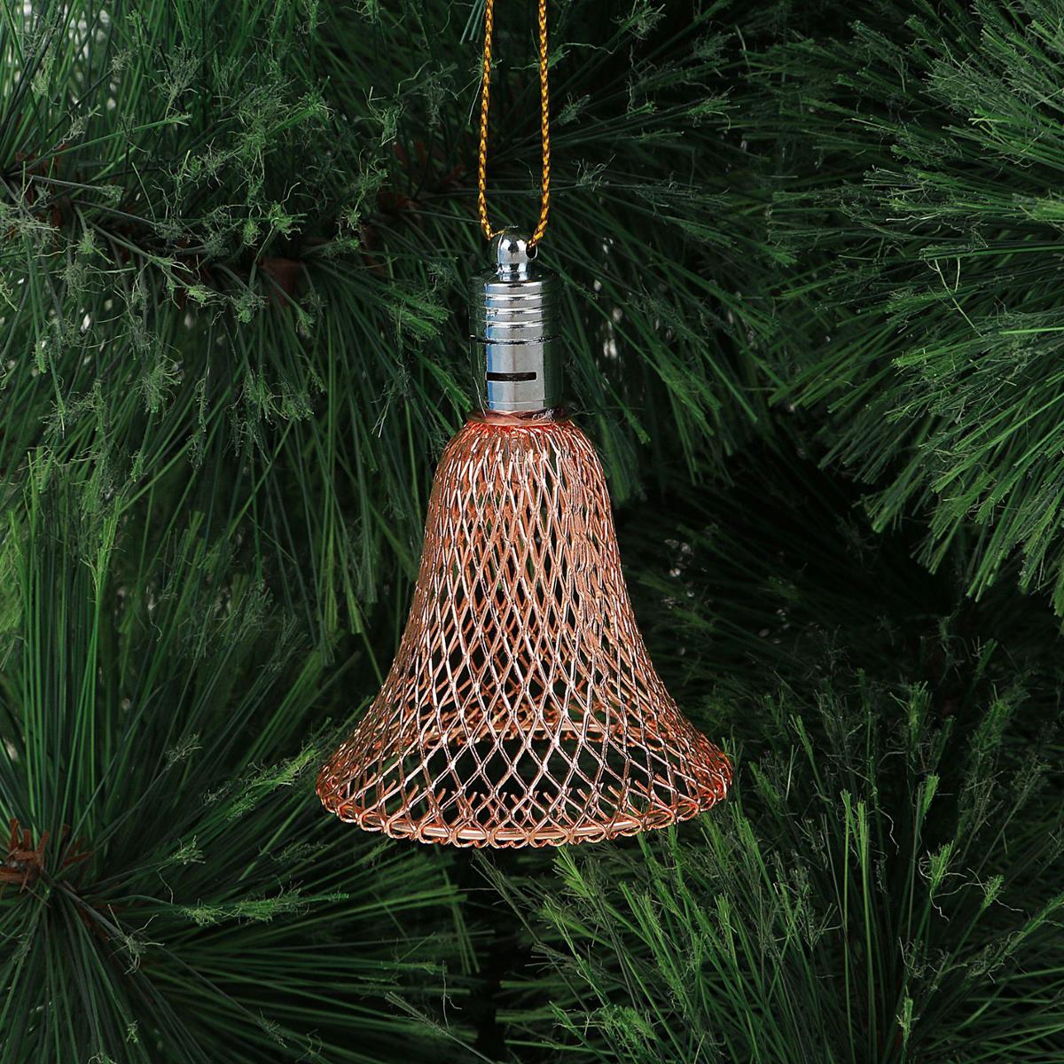 Подвеска новогодняя Luazon Lighting Колокольчик, световая, цвет: медный, длина 7 см2327194Световая новогодняя подвеска Luazon Lighting Колокольчик выполнена из металла в виде объемного колокольчика. Елочное украшение выглядит как простая елочная игрушка днем, но при этом остается видимой вечером. Просто включите изделие с наступлением темноты, и оно украсит елку огоньками. Подвеска Luazon Lighting Колокольчик работает от батареек (входит в комплект) и пожаробезопасна, так как светодиоды не нагреваются, в отличие от ламп накаливания.
